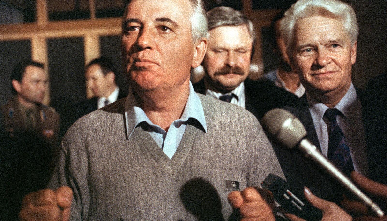 Gorbatšovi esimene esinemine pärast vangistust, tema selja taga Vene asepresident Rutskoi.