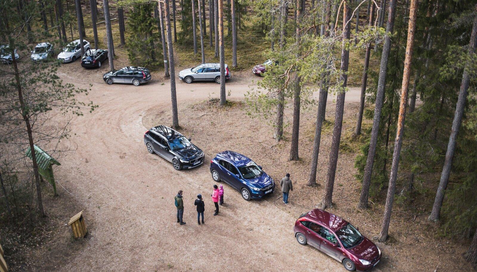 Inimesed on liikunud Tallinna ärikvartalitest metsaradadele. Seda näitavad ka liiklustiheduse ja mobiilside kasutuse andmed.