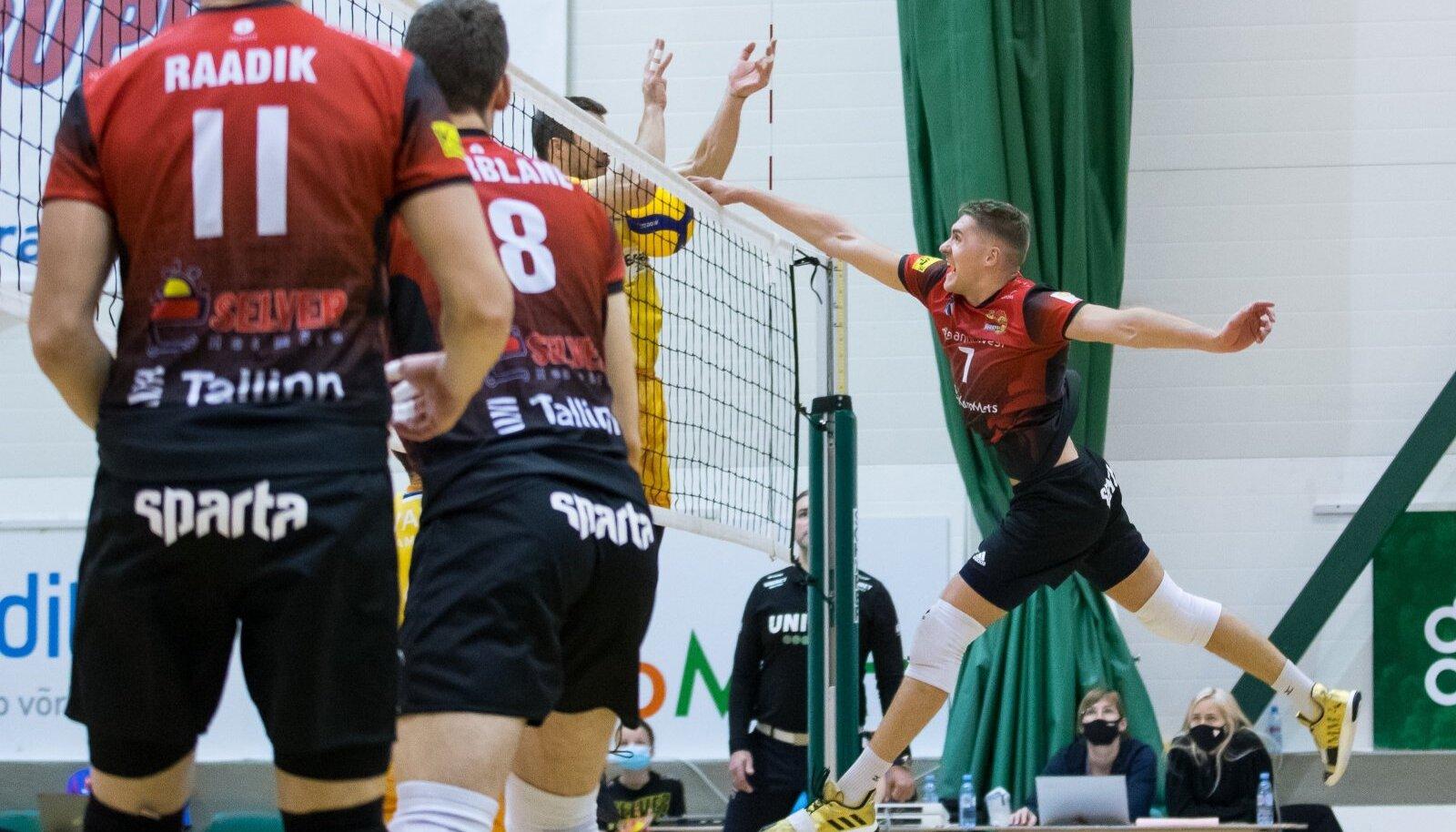 Renee Teppan sokutab palli Pärnu bloki ja võrgu vahele.