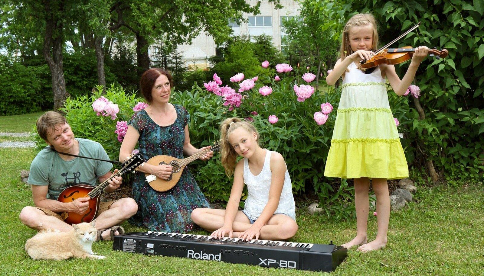 Selles peres mängivad kõik pilli: Ilmar ja Liina mandoliini, tütar Laura Liisa klaverit ja Mari Ann viiulit. Ilmar võlub aga helid välja teistestki pillidest, kõige osavamalt viiulist. | Fotod: Vahur Pormeister