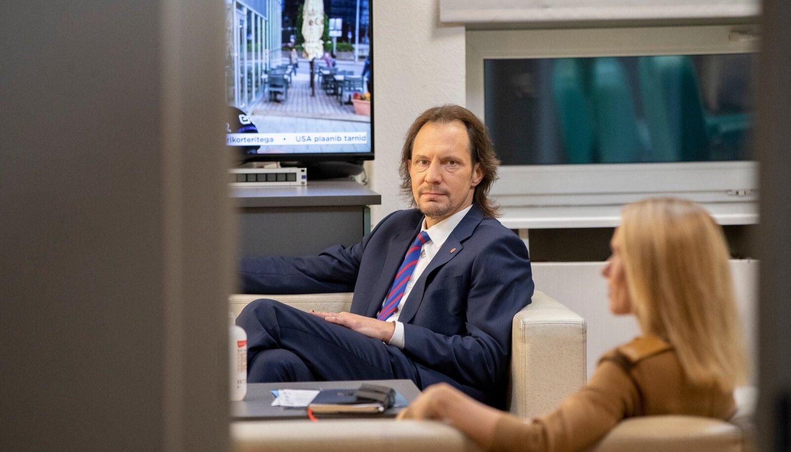 Sotsiaaldemokraatide esimees Indrek Saar arutab erakonnaga kuni esmaspäevani, kas umbusaldada peaminister Kaja Kallast.