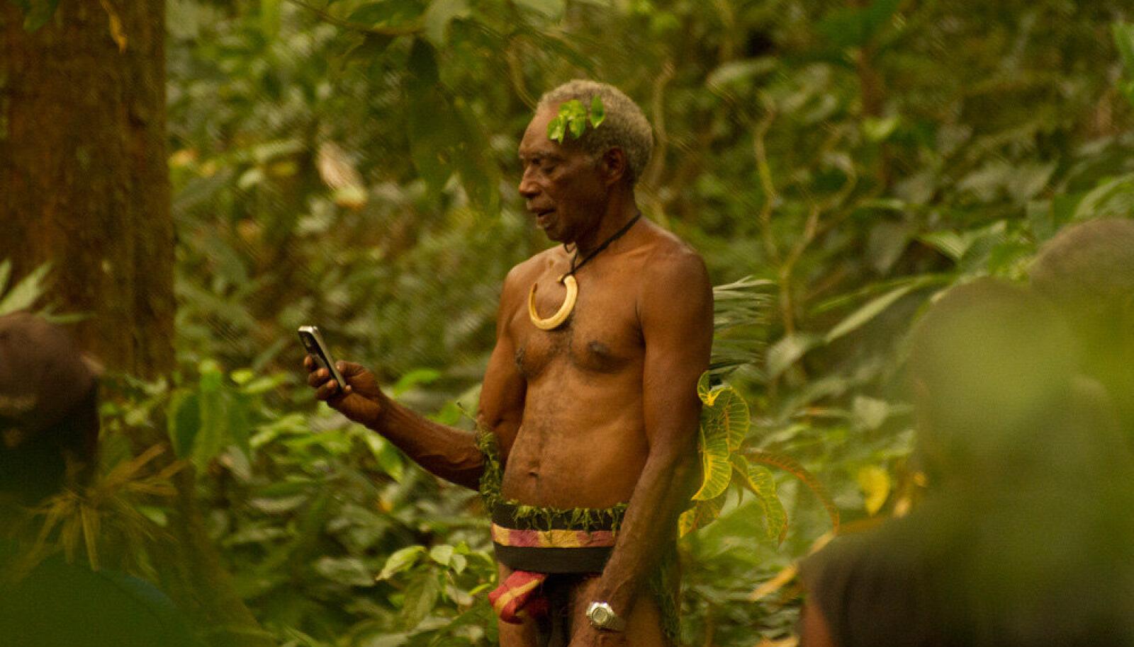 Mees mobiiliga. Vanuatu, Ambrym 2011 Marko Matvere
