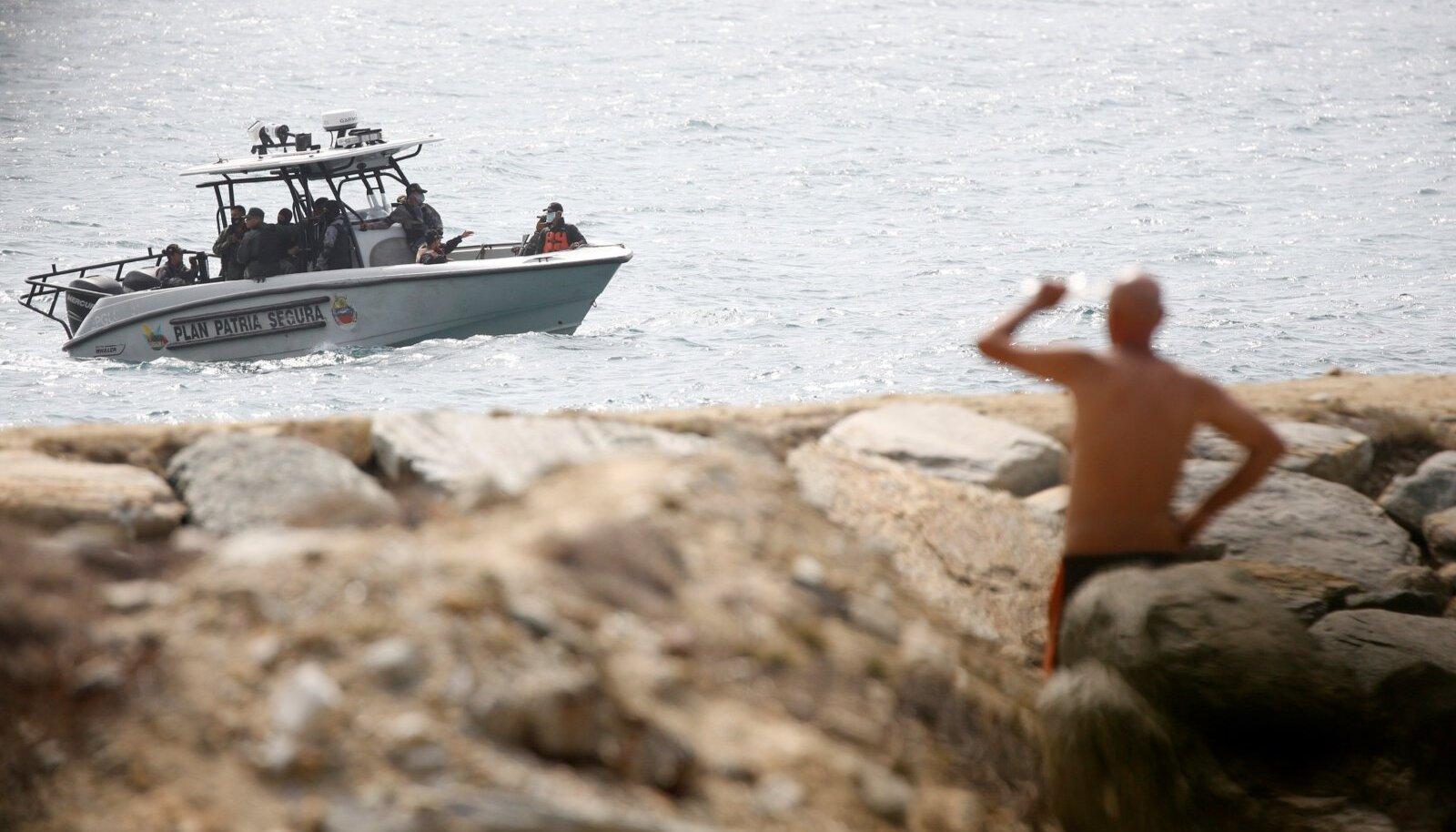 Venezuela relvajõud patrullivad rannikul, kus väidetavad riigikukutajad tabati.