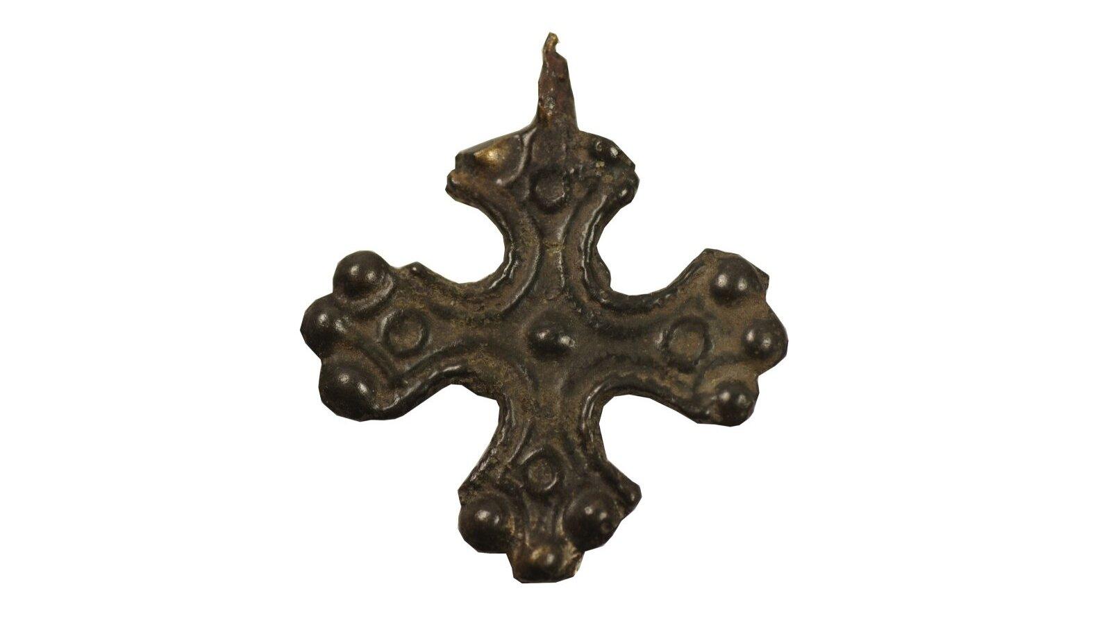 Üks Varbola linnuselt leitud ristiripatsitest (AI 4783: 776).