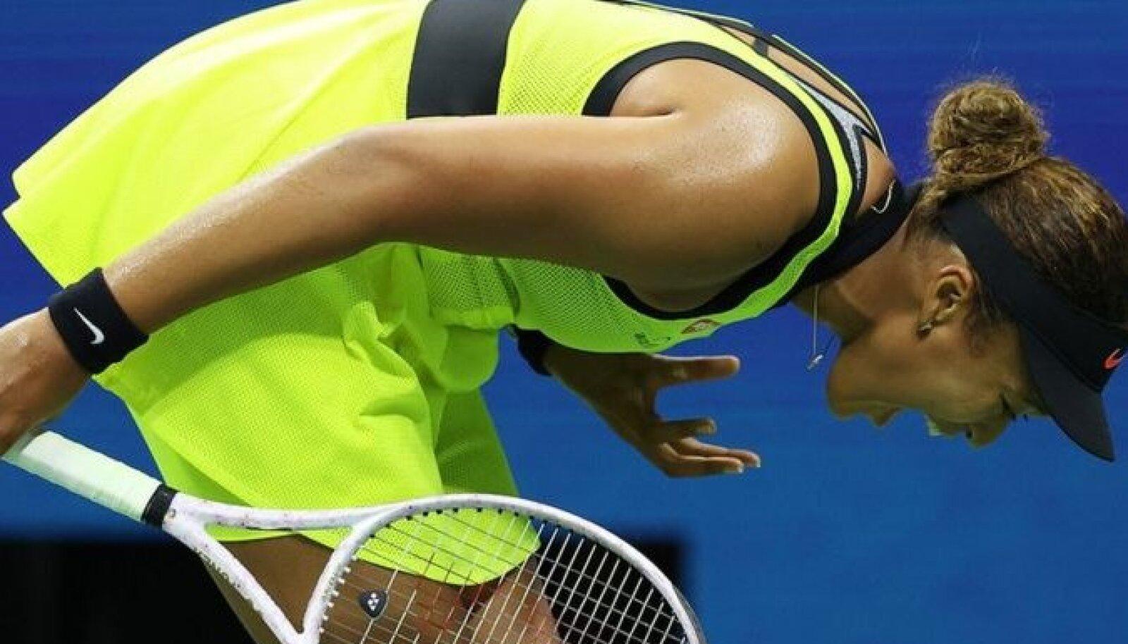 Во время матча раздосадованная спортсменка несколько раз бросала ракетку