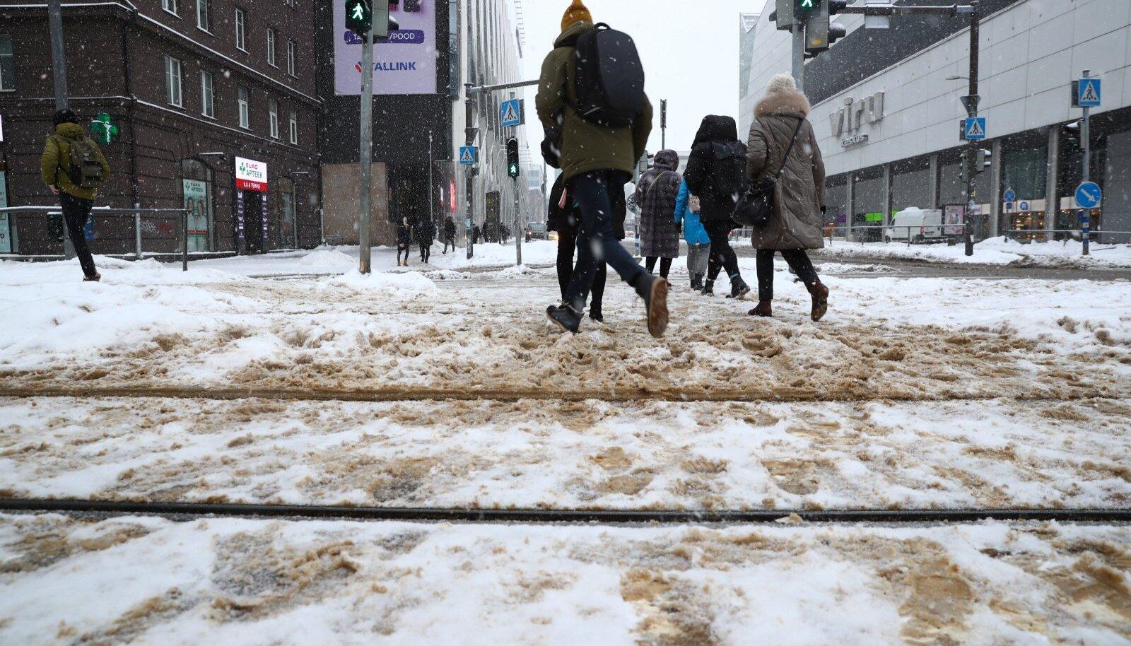 Lumest puhastamata Tallinna tänavad ja kõnniteed
