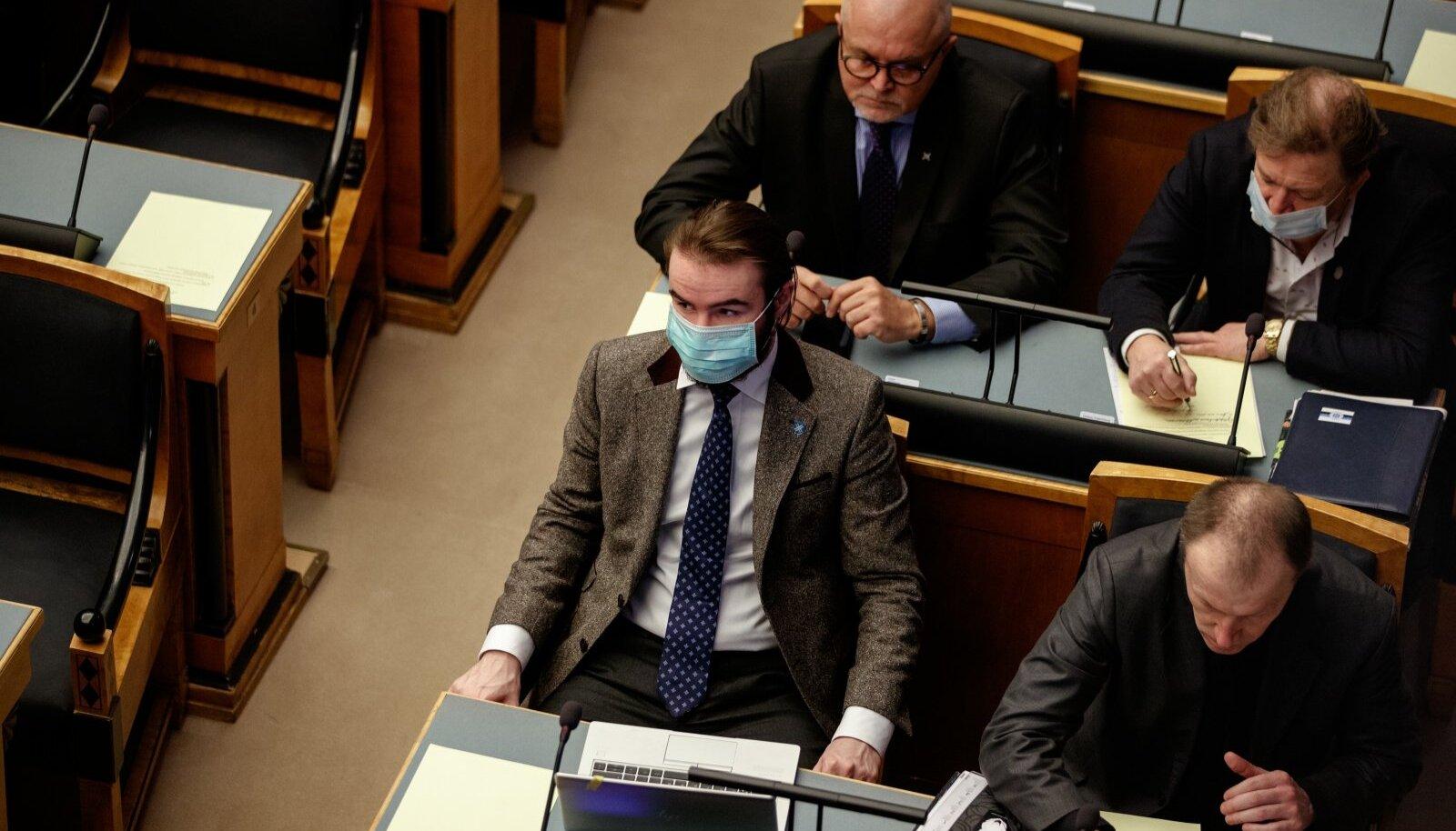 EKRE fraktsioon hääletas Reformierakonna ettepaneku poolt, mis võtaks valitsuselt võimu ja annaks terviseametile juurde rohkelt volitusi. Ruuben Kaalep (maskiga esiplaanil) teatas kodupartei meediaväljaandele, et valitsuse tasandil otsuste langetamine tähendab kaost.