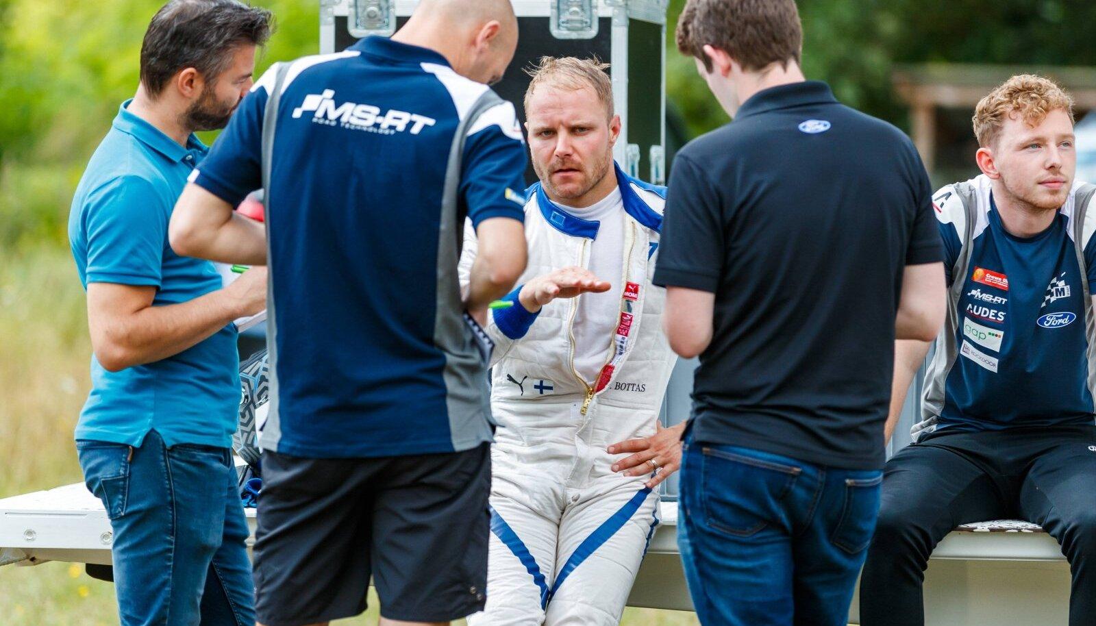 Valtteri Bottas (keskel) sai mullu suvel Saksamaal Ford Fiesta WRC masinat testida.
