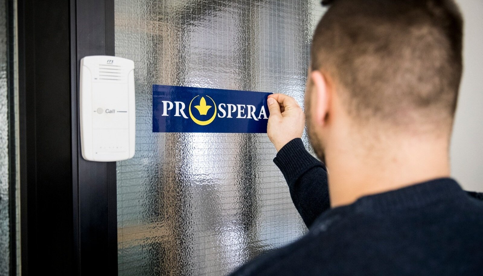 Äsja pealinnas Kreutzwaldi tänavalt Metro Plaza kontorisse kolinud firma Prospera aitab hämaravõitu firmadel tegelikke kasu saajaid maksuparadiisi peita. Eile võeti vana asukoha ukselt silti maha.