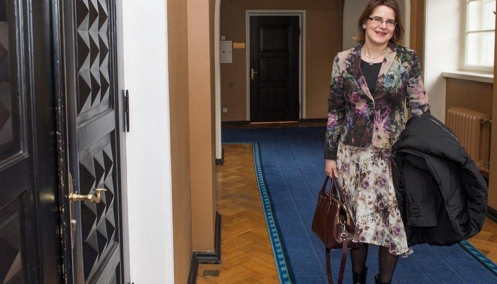 Liisa Pakosta on konkursivoorudest edukalt läbi rühkinud, suurima punktisummaga kandidaat aga kõrvale lükatud. Sõelal on kaks kandidaati.