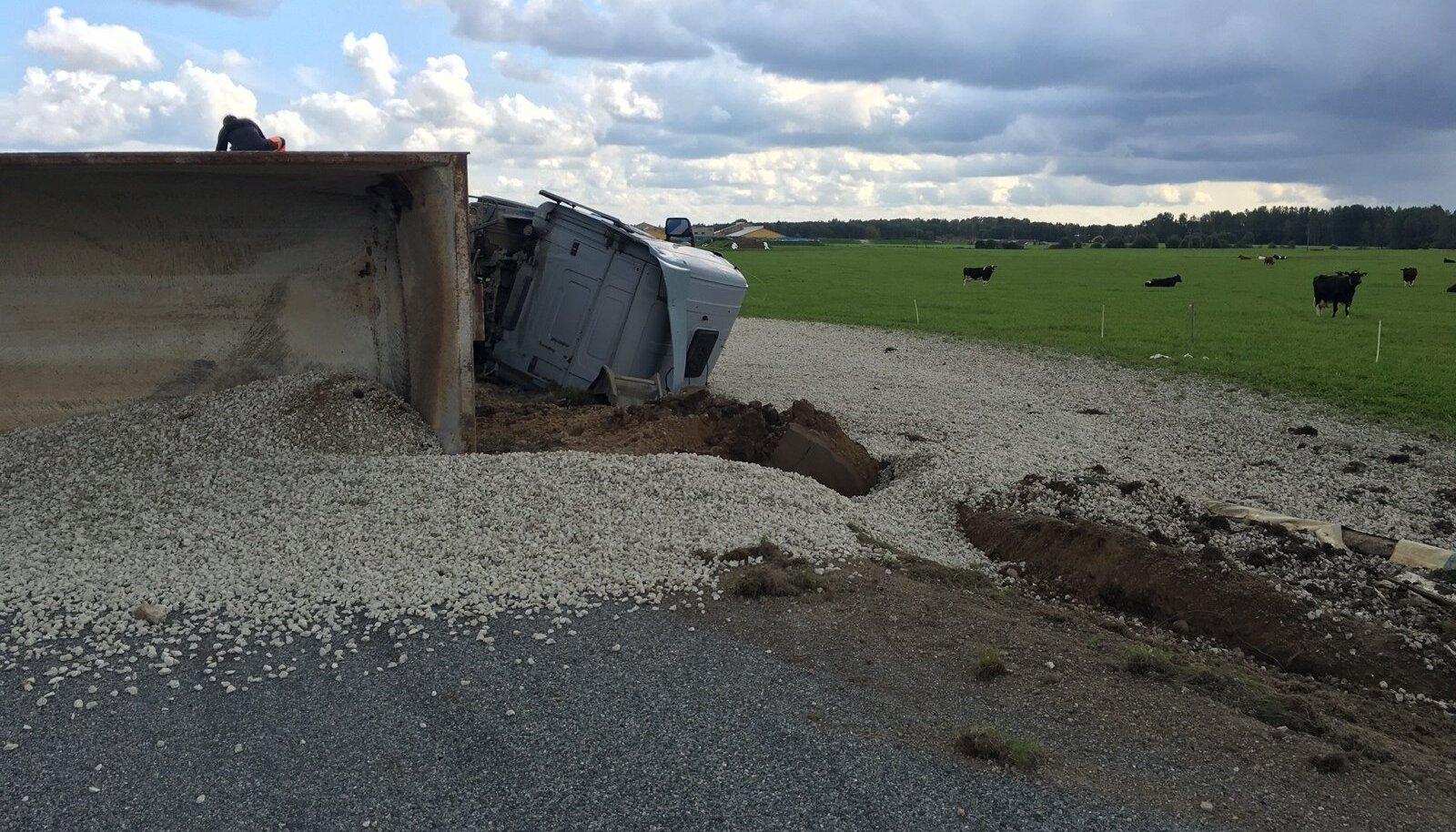 Pildil on Jõgevamaal külili paiskunud veoauto