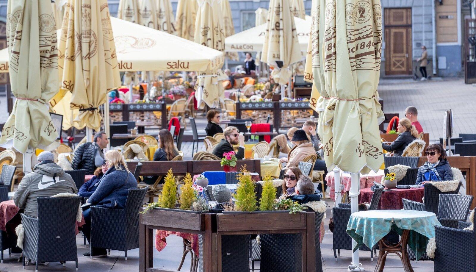Mai alguses, kui eriolukord veel kestis, meelitas ilus ilm inimesed kohvikutesse.