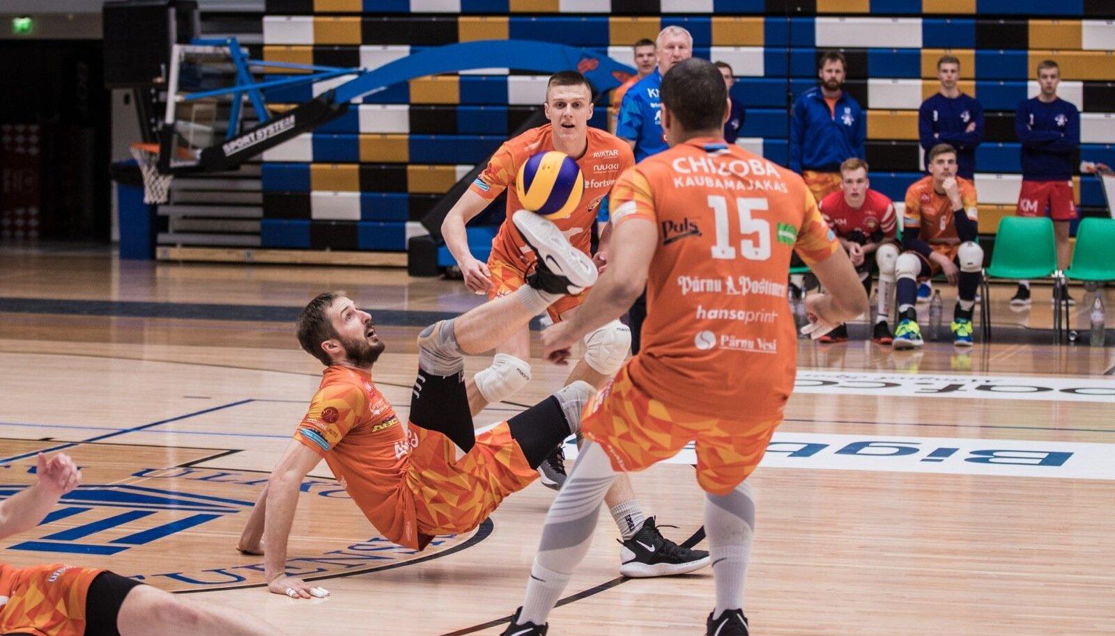 Aasta parim fototabamus. Pärnu võitles kaitses ennastsalgavalt, pildil söödab pikali kukkunud Tamar Nassar palli tallaga. Teda jälgivad Chizoba (nr 15) ja Ilja Kovaljov.