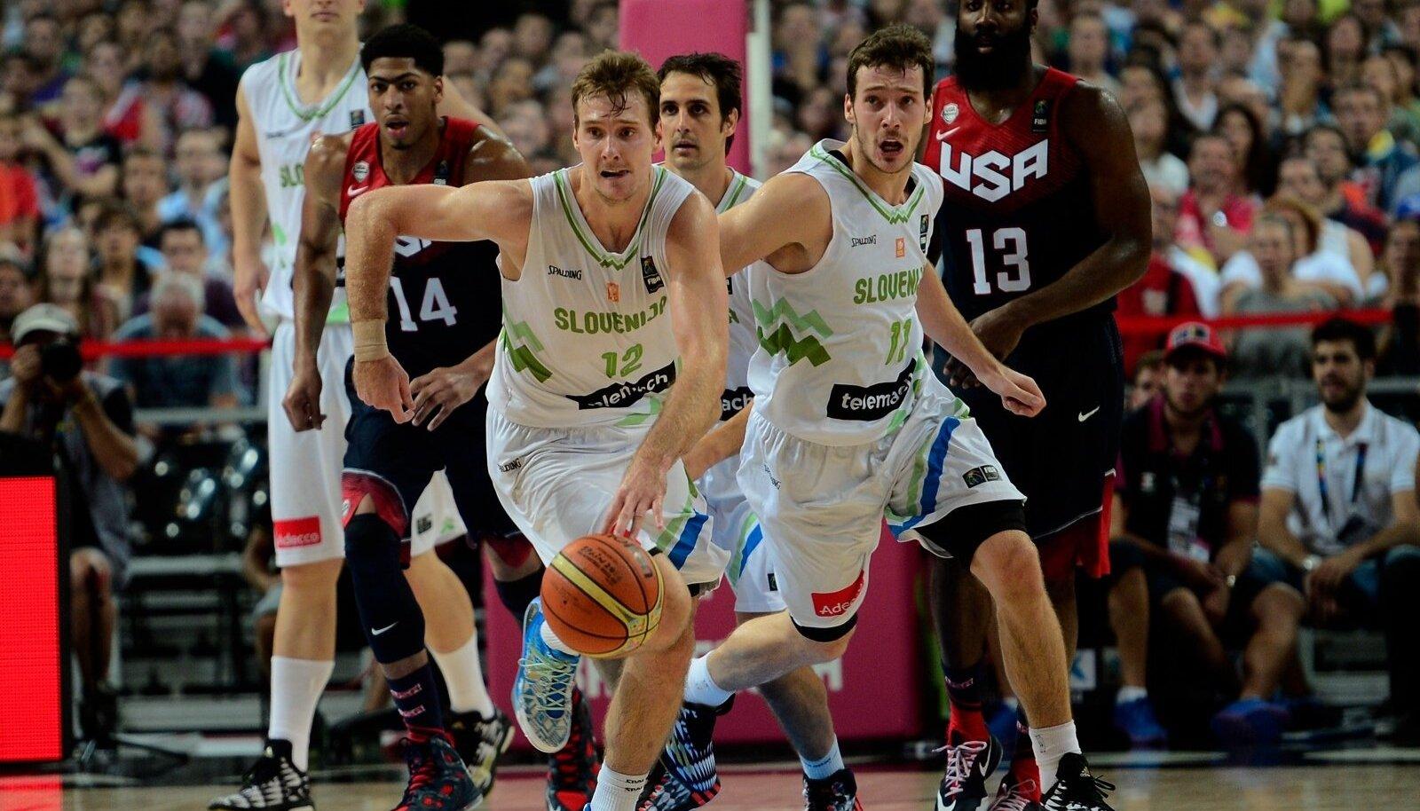 VÄIKSE RIIGI SUPERSTAARID: Sloveenia korvpallurid Goran ja Zoran Dragić (palliga). Pildil pagemas kiirrünnakule USA kossutähtede eest.