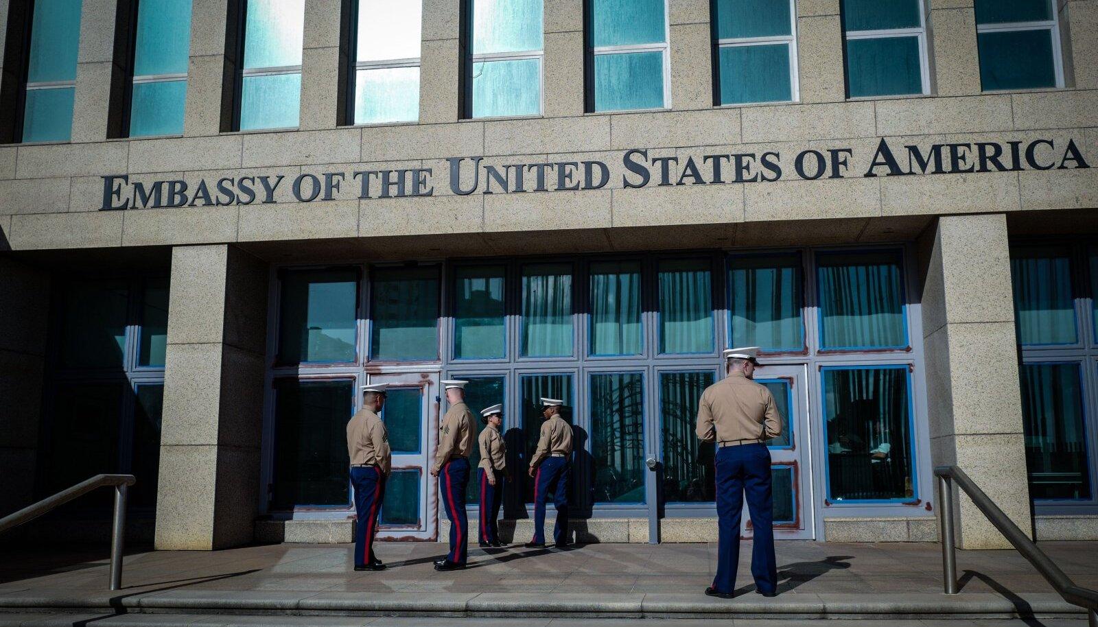 USA mereväelased 2018. aasta algul saatkonnahoone ees Kuubal.