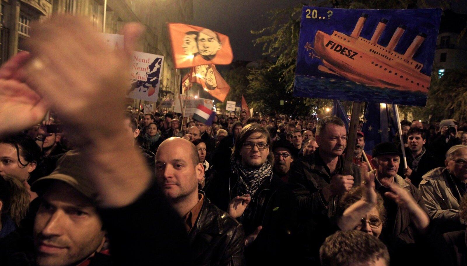 KÕIK POLE SUGUGI RAHUL: Nii Ungaris kui ka Poolas on populistliku laamendamise vastu pidevalt protestitud, aga tulemusteta.