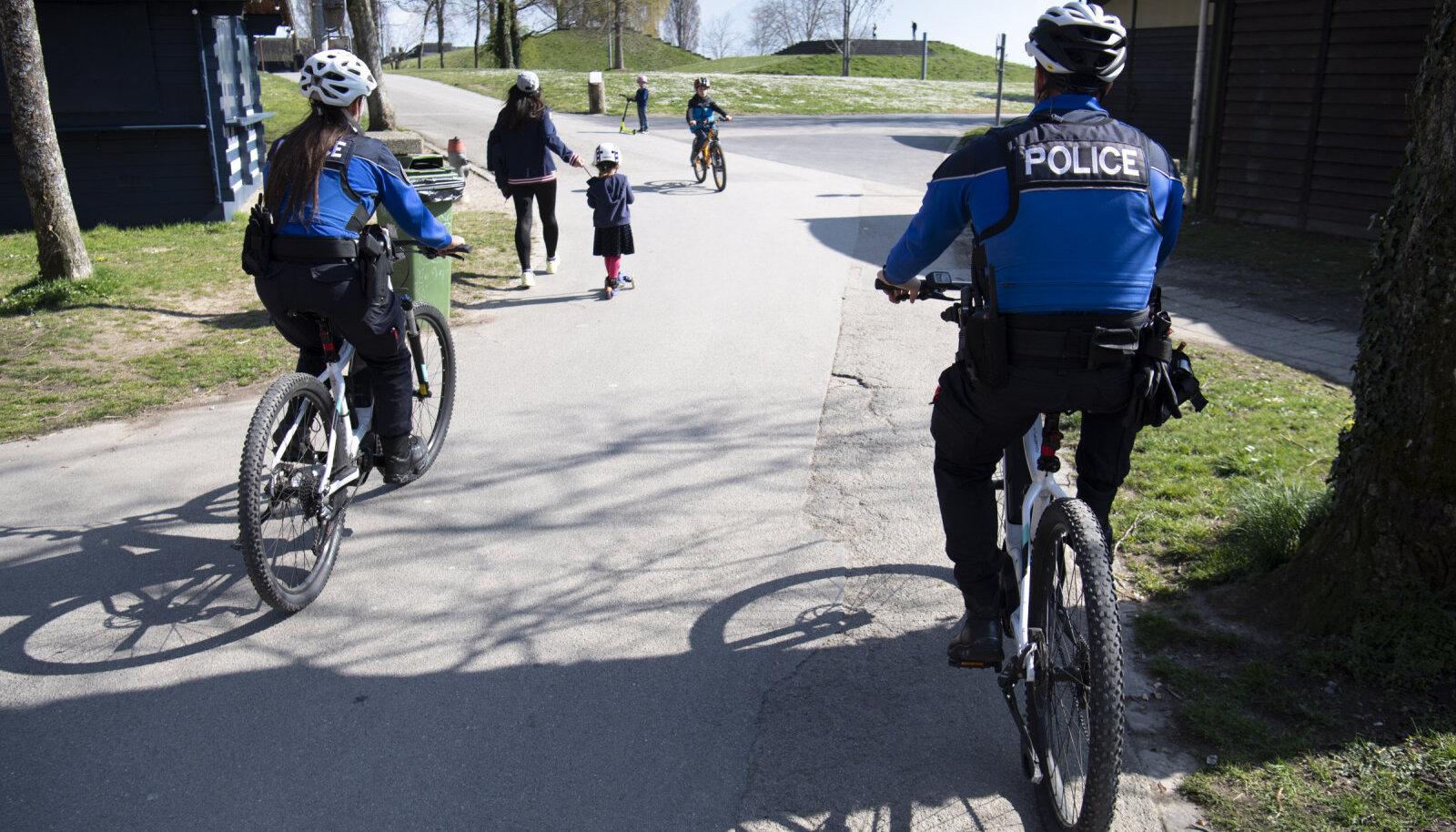 Полиция в окрестностях Женевского озера следит, чтобы люди не собирались в группы более 10 человек
