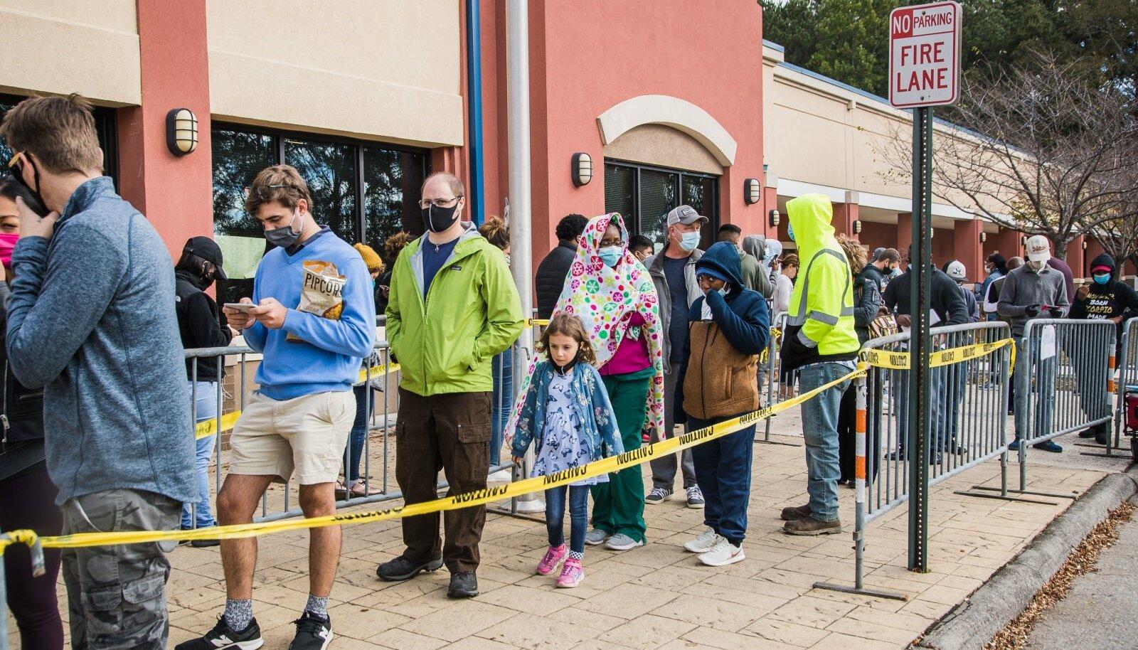 Eesti ajakirjanikud nägid oma silmaga osariigi pealinna Atlanta eeslinnades pikalt valimisjaoskondade ees vonklevaid järjekordi.