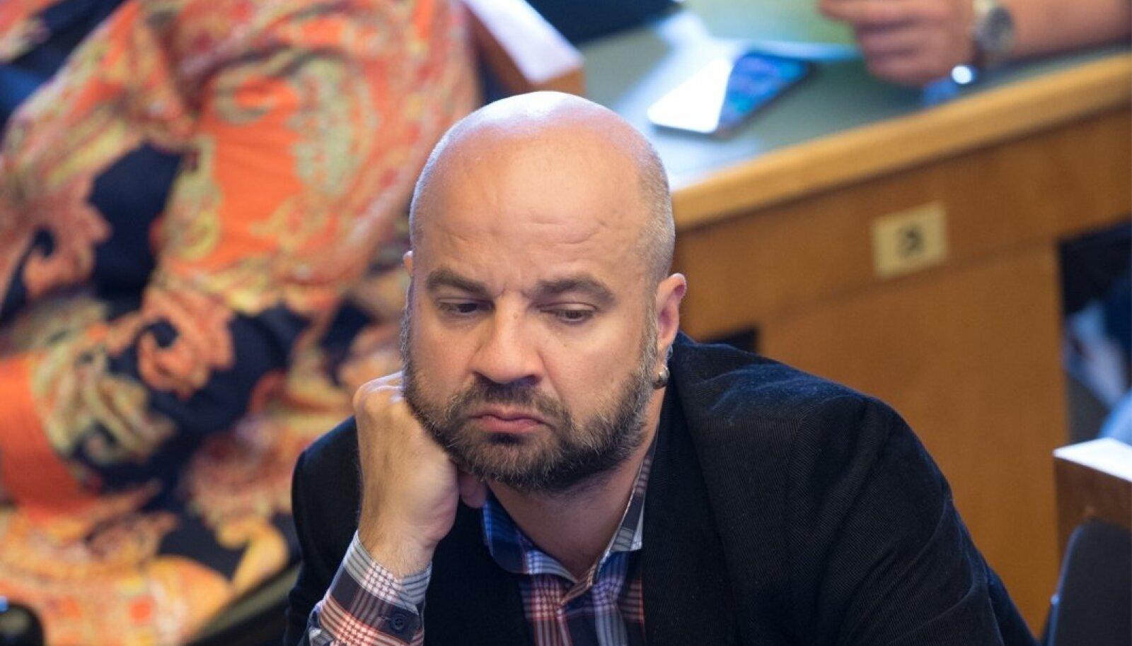 Frustreerunud riigikogu liikmed Riigikogu erakorralisel istungjärgul, mihkel raud