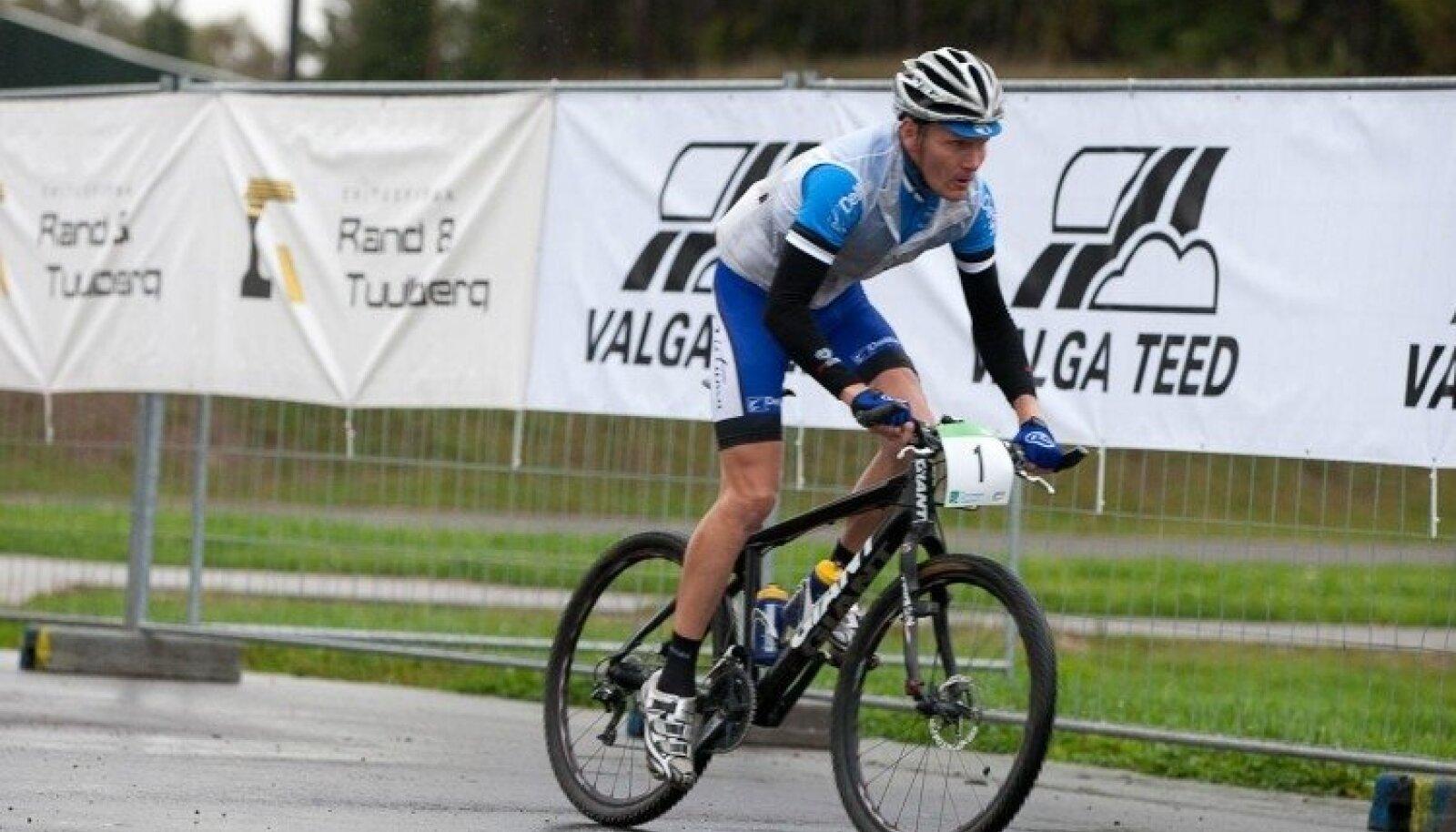 Pühapäeval toimus Lõuna-Eestis juba 13. SEB Tartu Rattamaraton, mille kolmikvõit läks eestlastele. Vihmases ilmas võttis esikoha Tanel Kangert, teiseks tuli Erki Pütsep ja kolmandaks mullune võitja Allan Oras.