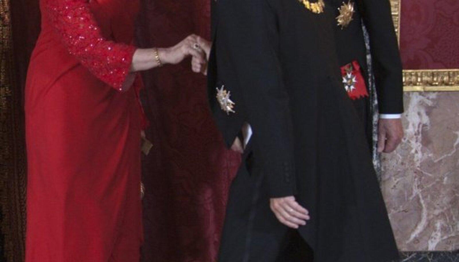 Hispaania kuningas Juan Carlos I ja kuninganna Sofia võtmas vastu Prantsusmaa presidendi Nicolas Sarkozy tervitusi (27. aprillil Madridi kuninglikus palees).