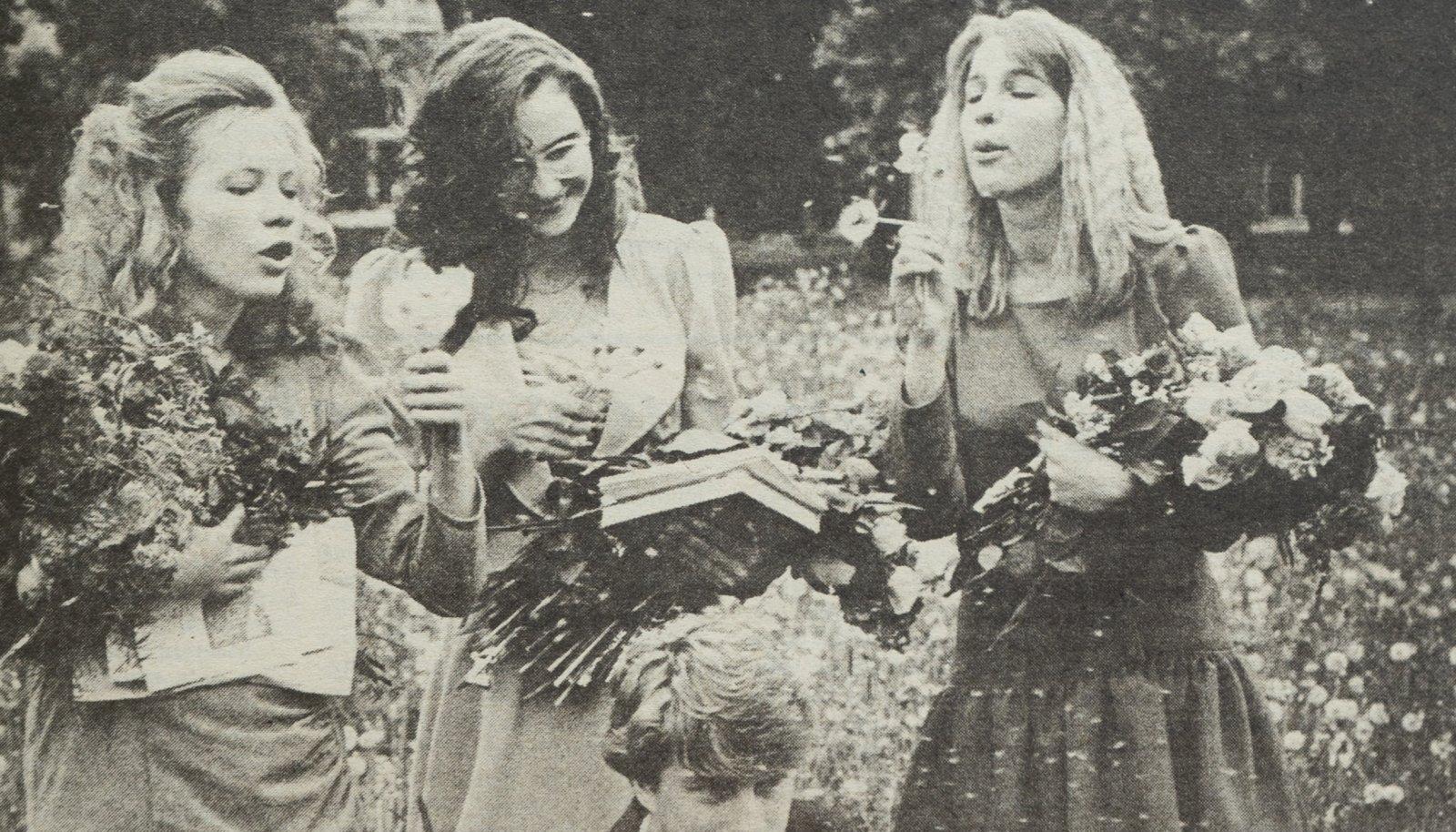 Maalehe esikaanel ilmunud fotol on Juuru keskkooli kuldmedaliga lõpetanud Ave Märjama, hõbedatüdrukud Kaili Tuisk ja Koidu Orul. Ees klassi kõige tublim noormees Alvar Jõekaar.