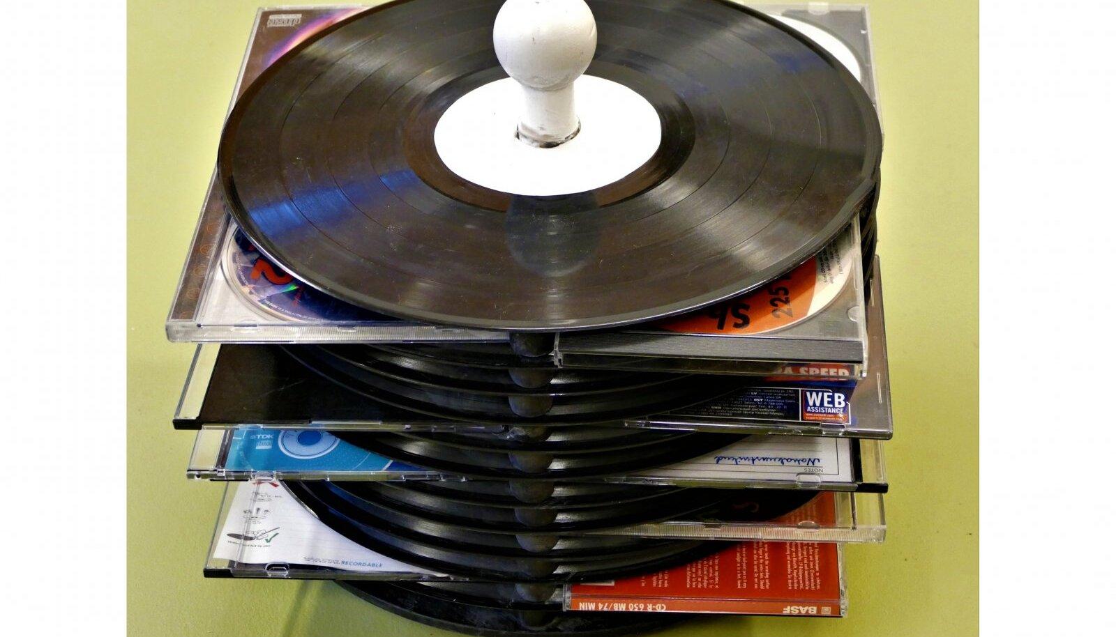Kaheteistkümnest vinüülplaadist tehtud torn mahutab 44 CD-d.