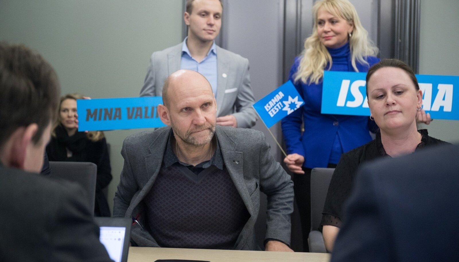 Isamaa esimees Helir-Valdor Seeder (keskel) ütles, et koalitsiooni moodustamiseks on seni teinud konkreetse ettepaneku ainult Reformierakond.