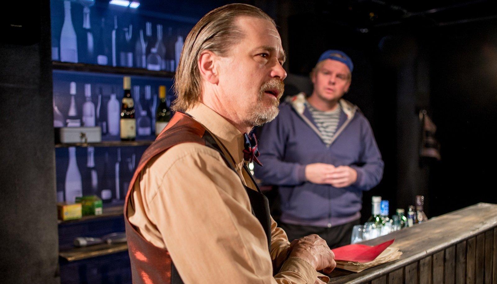 Lavastuses on ainult kaks näitlejat: Tõnu Oja ja Tiit Sukk.