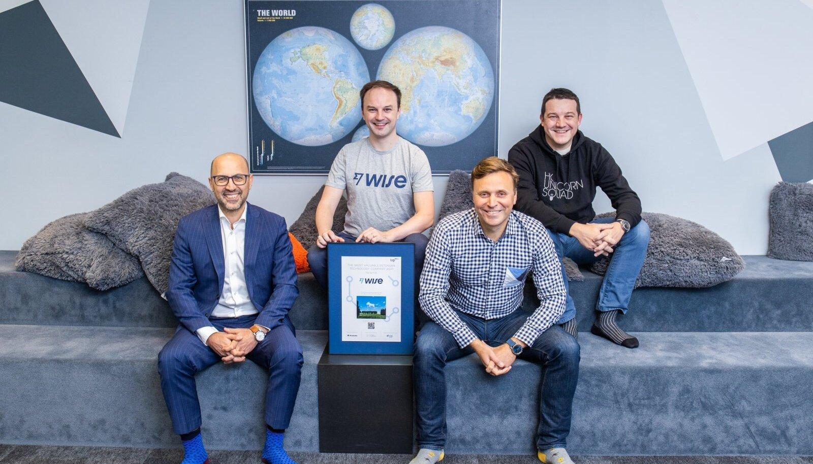Auhinna üleandmine. Fotol vasakult Indrek Uudeküll, Lars Trunin, Rando Rannus ja Sten Tamkivi