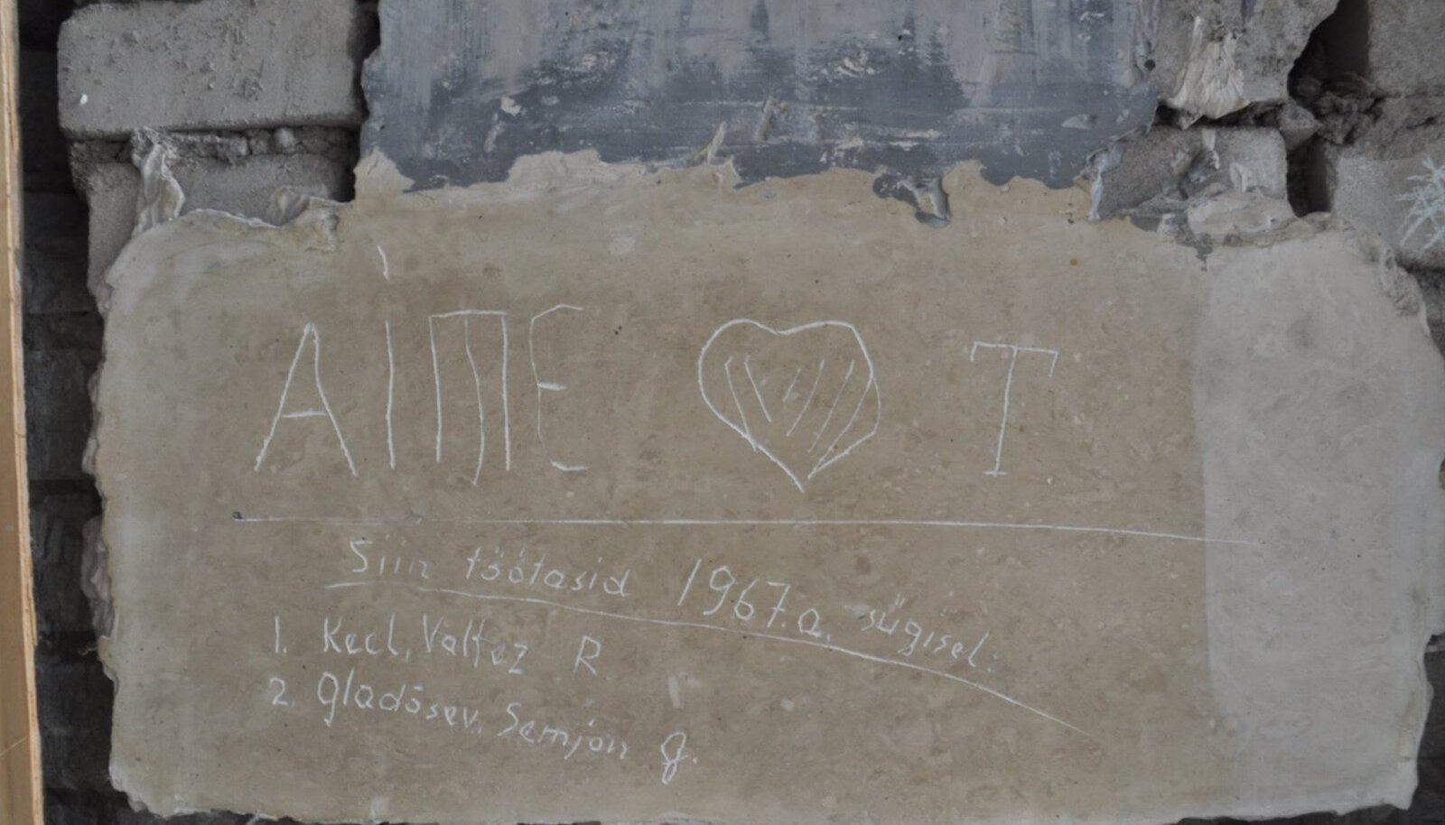 seinale joonistatud nimed