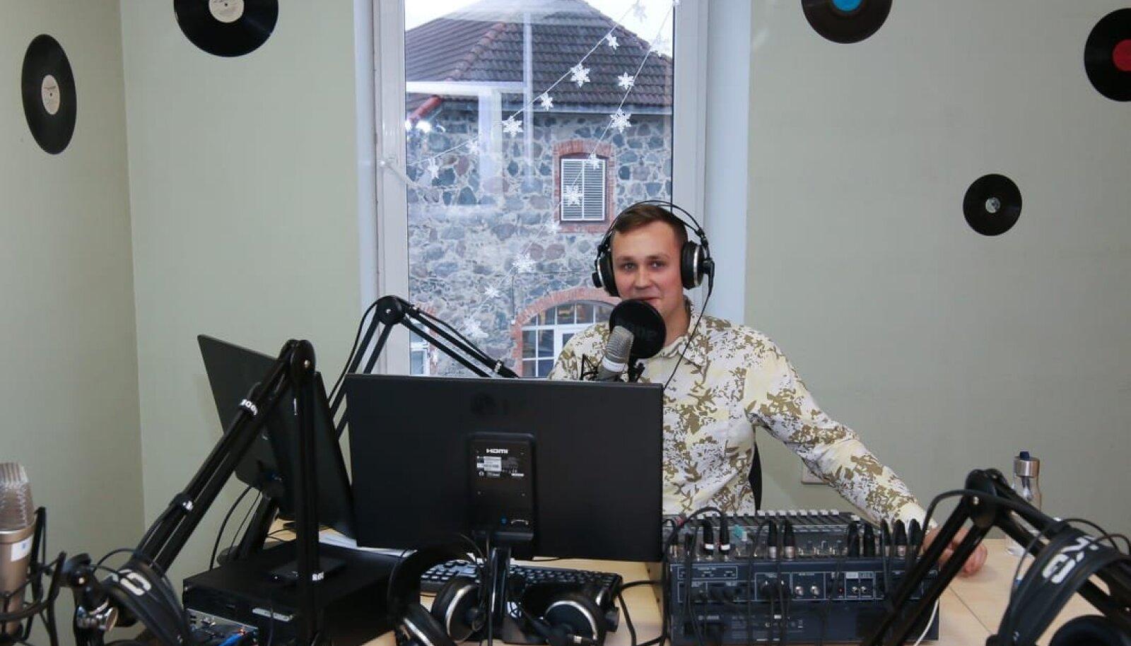 Tõrva raadio stuudio, pildil üks saatejuhtidest Romet Piller