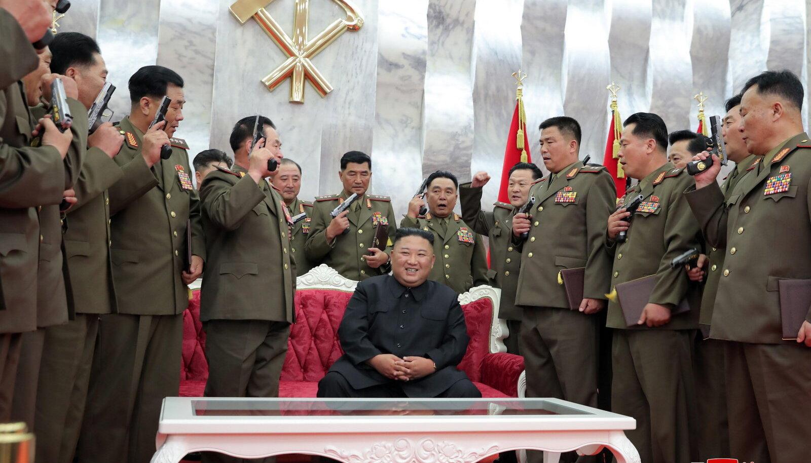 Kim kõrgemate ohvitseride keskel, kellele vaherahu aastapäevaks kingiti nimelised püstolid