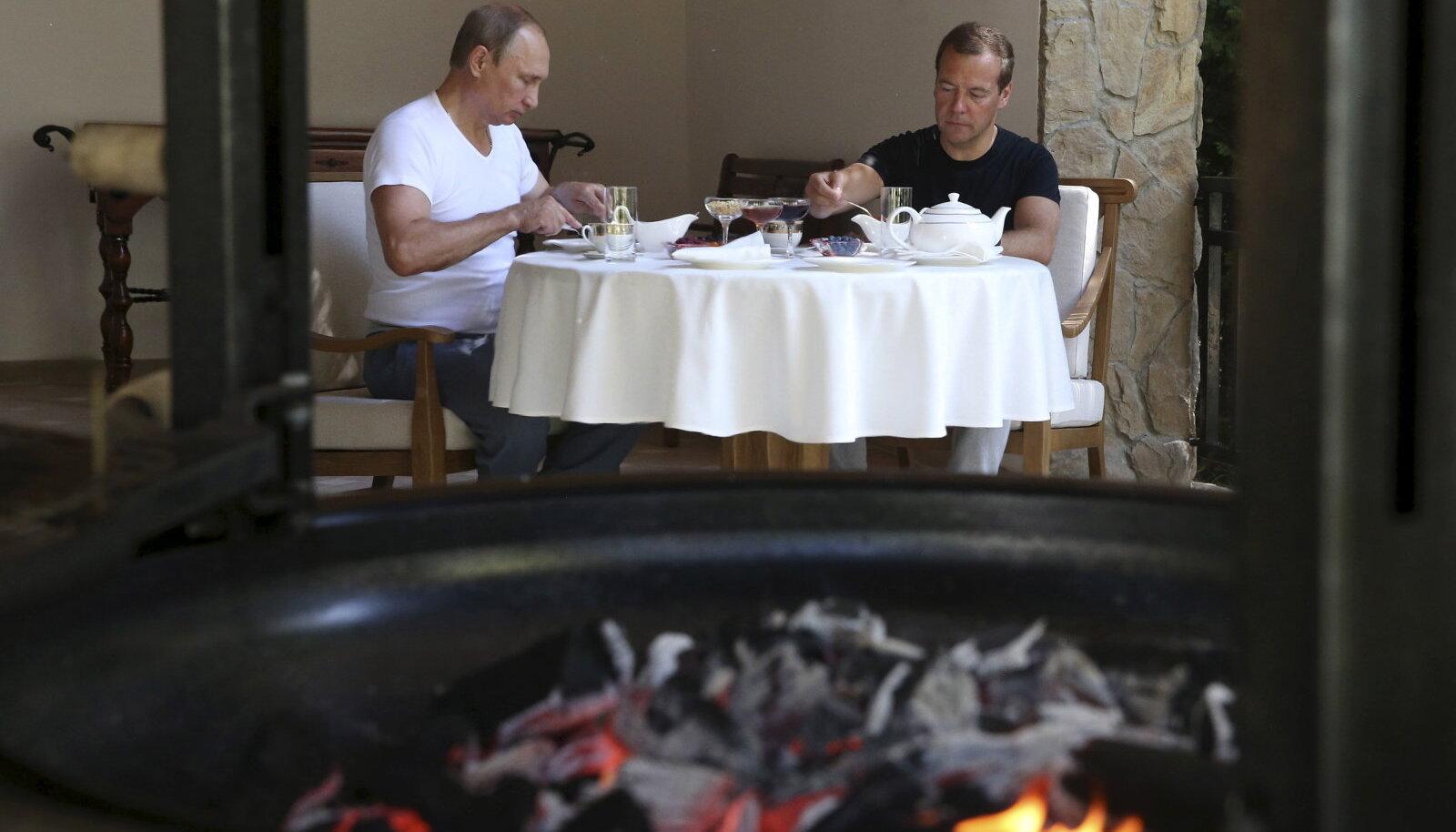Putin ja Medevedev grillisid liha