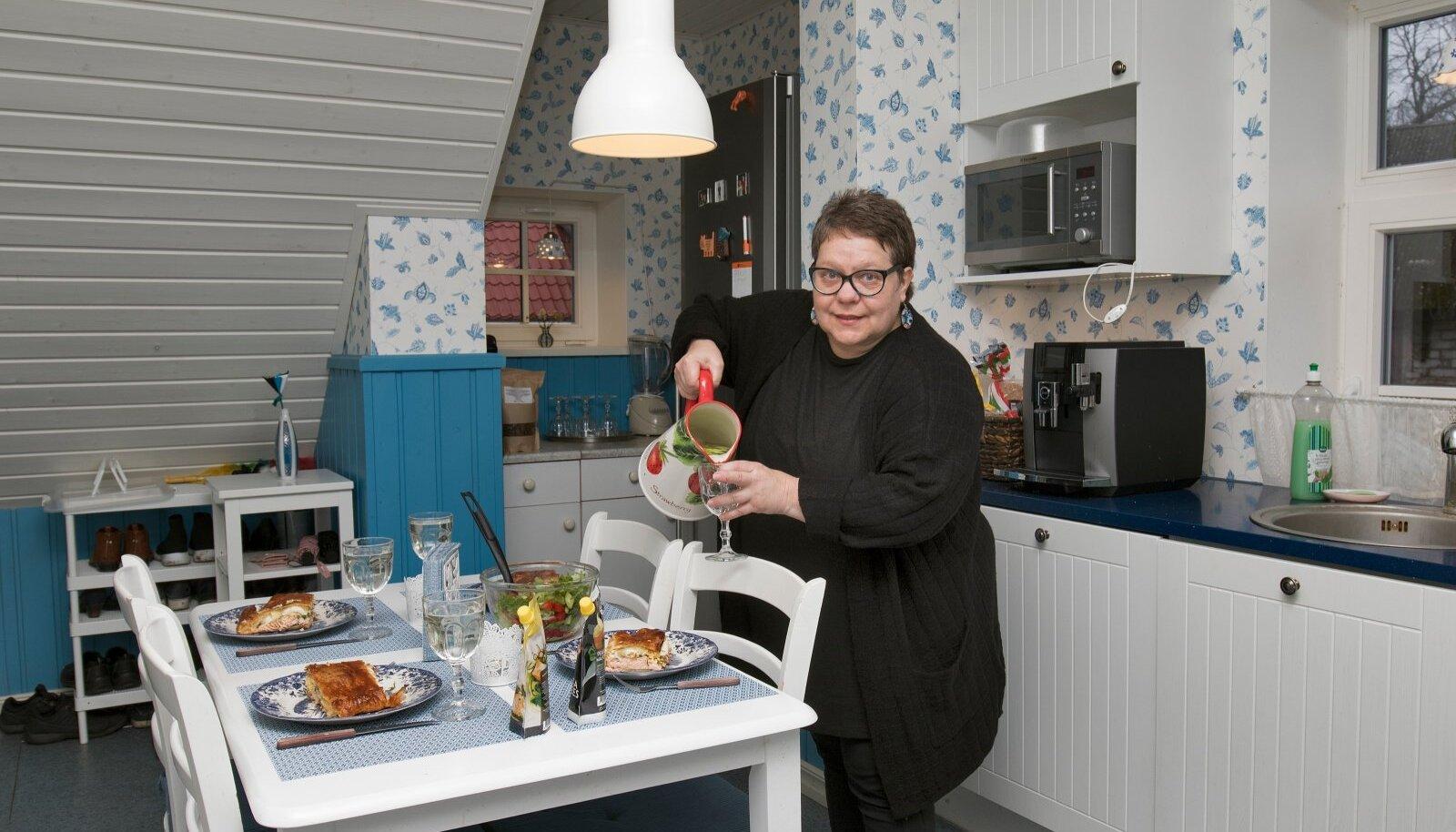 Sini-valges köögis laua ääres on mõnus ilmaelust vestelda ning Maire tehtud kookide ja pirukatega maiustada.