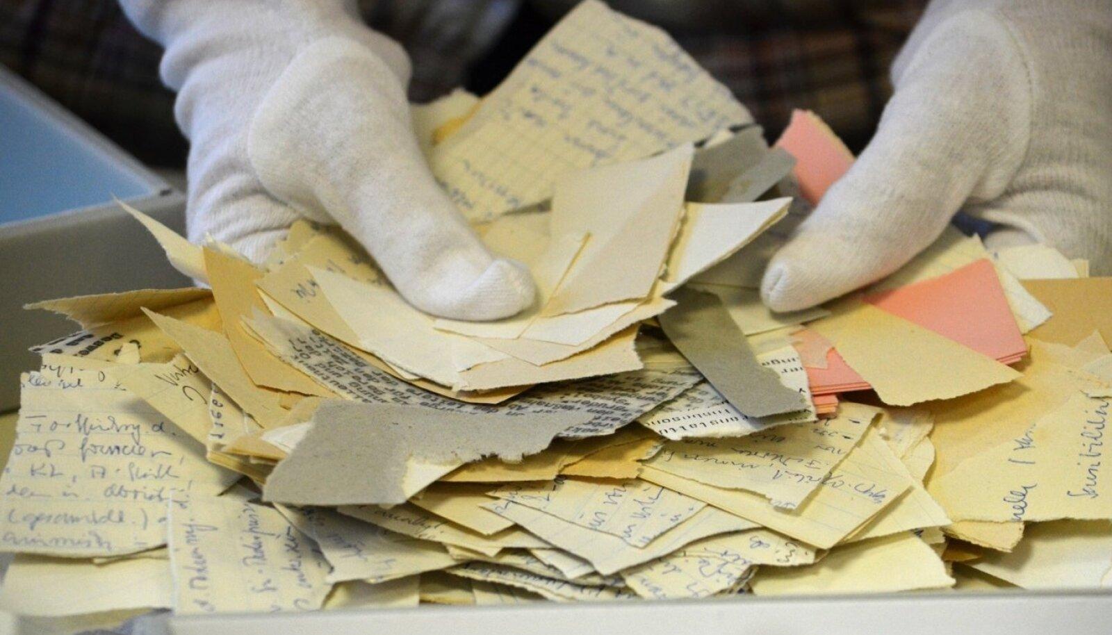 Hulk inimesi töötab selle heaks, et kunagi katki rebitud dokumendid ja muud materjalid saaks korralikult kokku sobitatud.