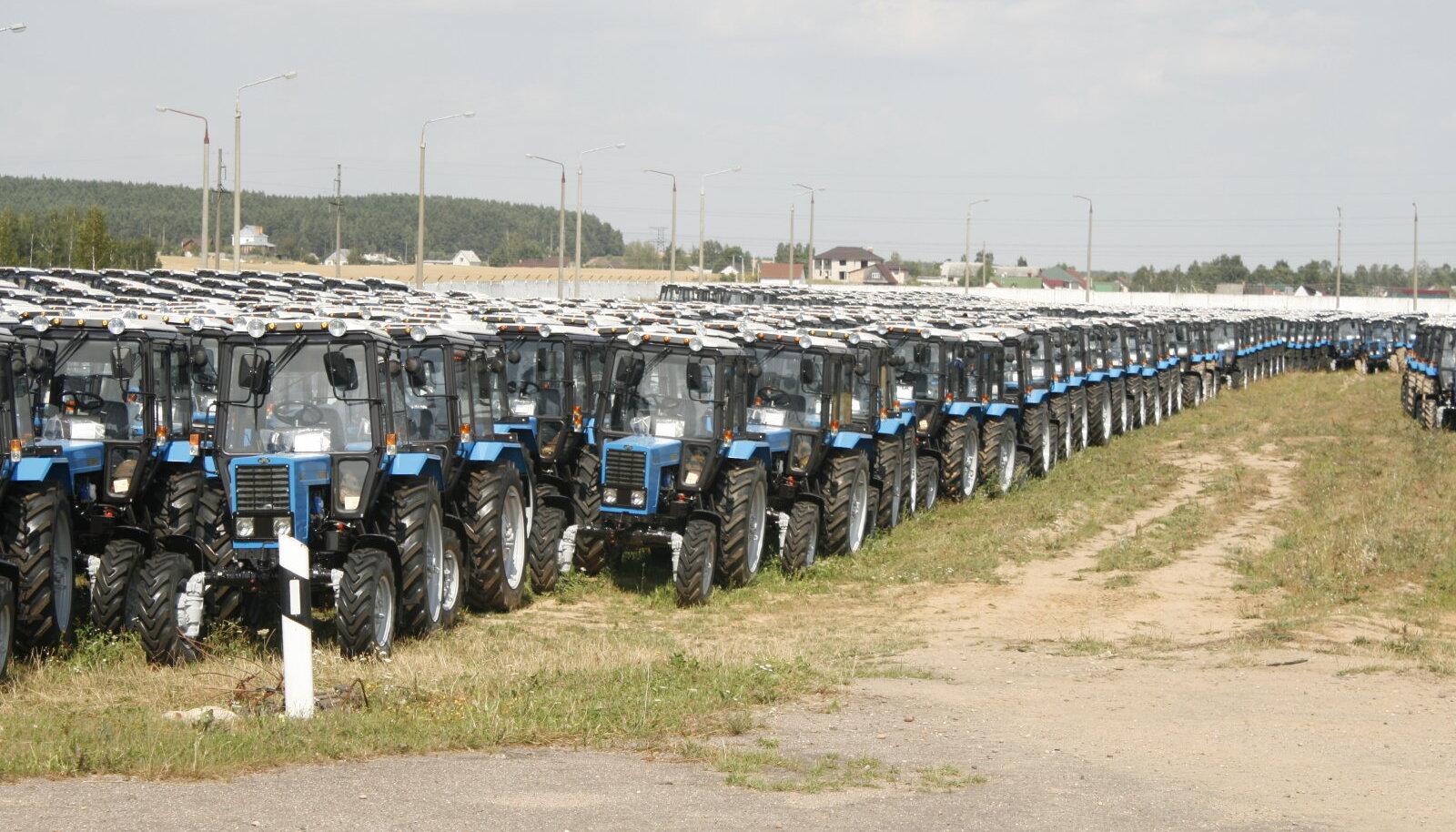 Minski Traktoritehase katsetehase naabruses seisis 2015. aasta suvel tuhandeid Belaruse, millele euroliidu turg peaks juba suletud olema.