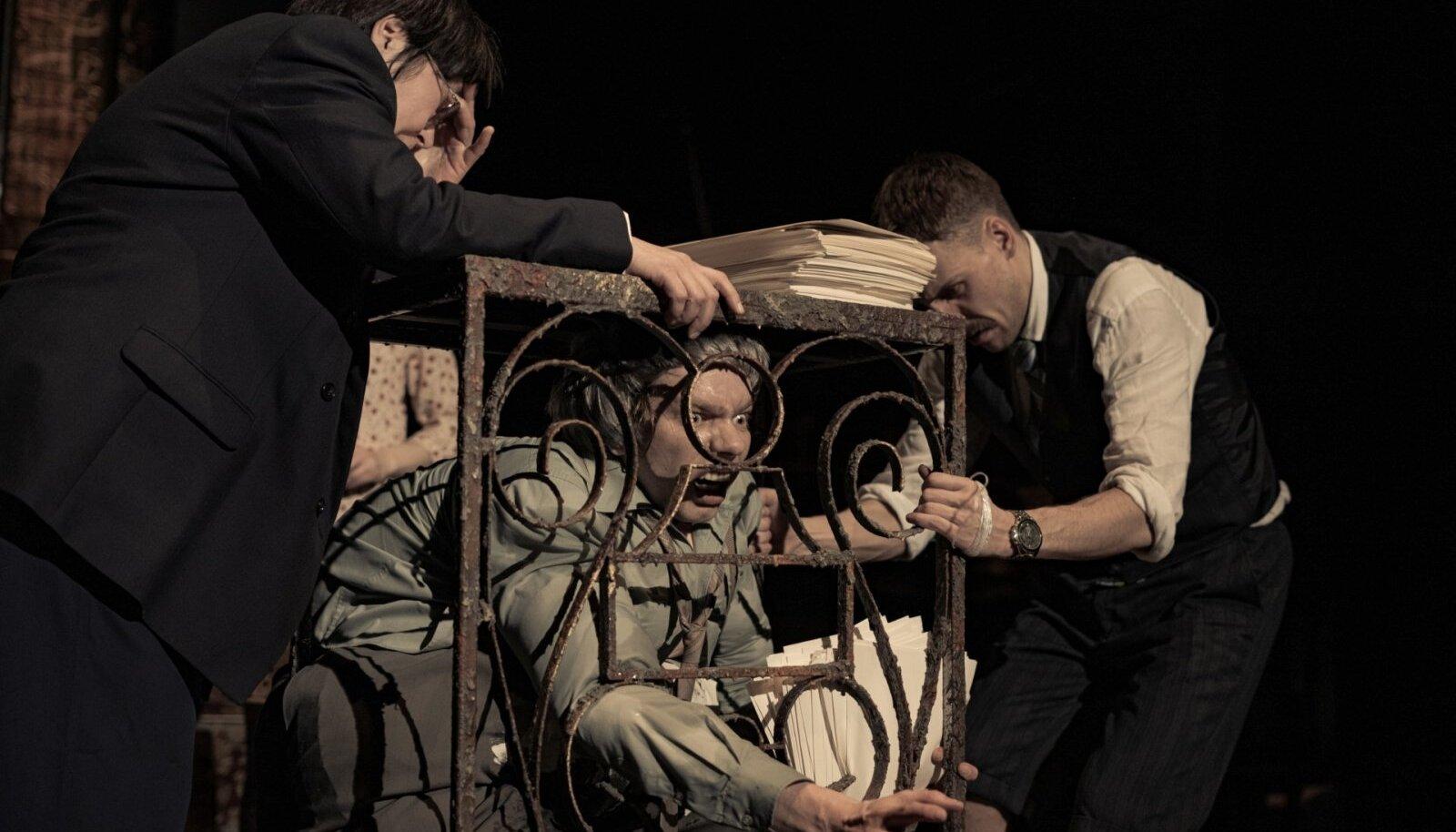 """ÕNNESTUNUD HULLUMINE: (vasakult) Marika Vaarik, Jörgen Liik ja Ingmar Jõela Juhan Ulfsaki lavastuses """"Pigem ei""""."""