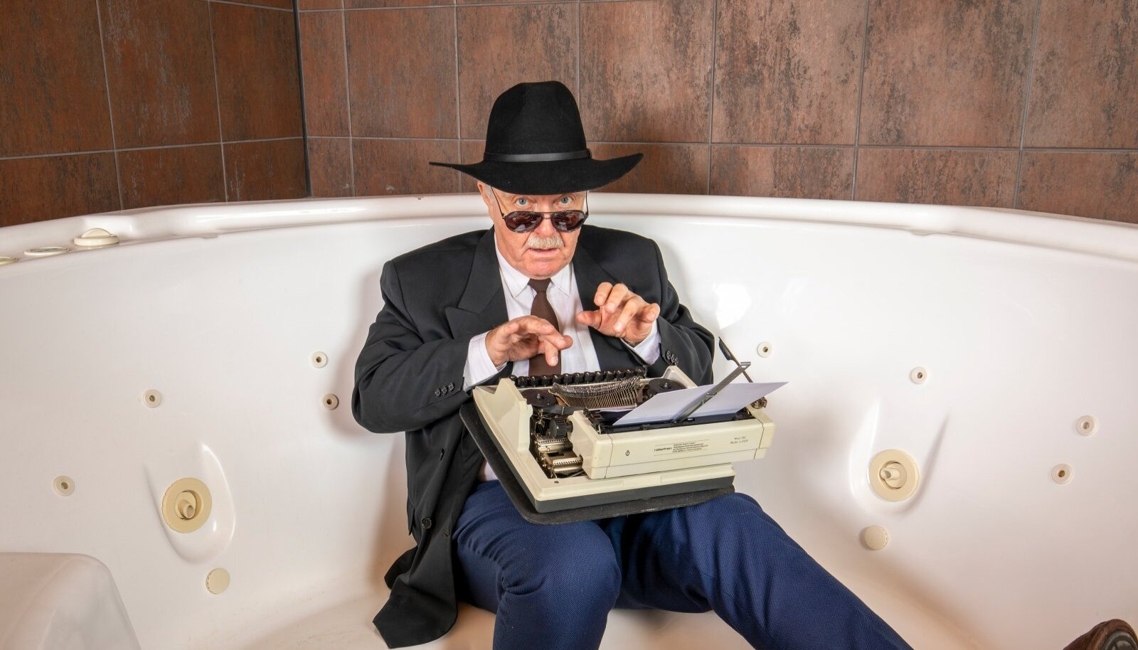 Kui fotograaf uuris Peeter Simmi käest, kus parimad filmiideed sünnivad, siis selgus, et vannis. Ja kindlasti kaabu ning lipsuga.