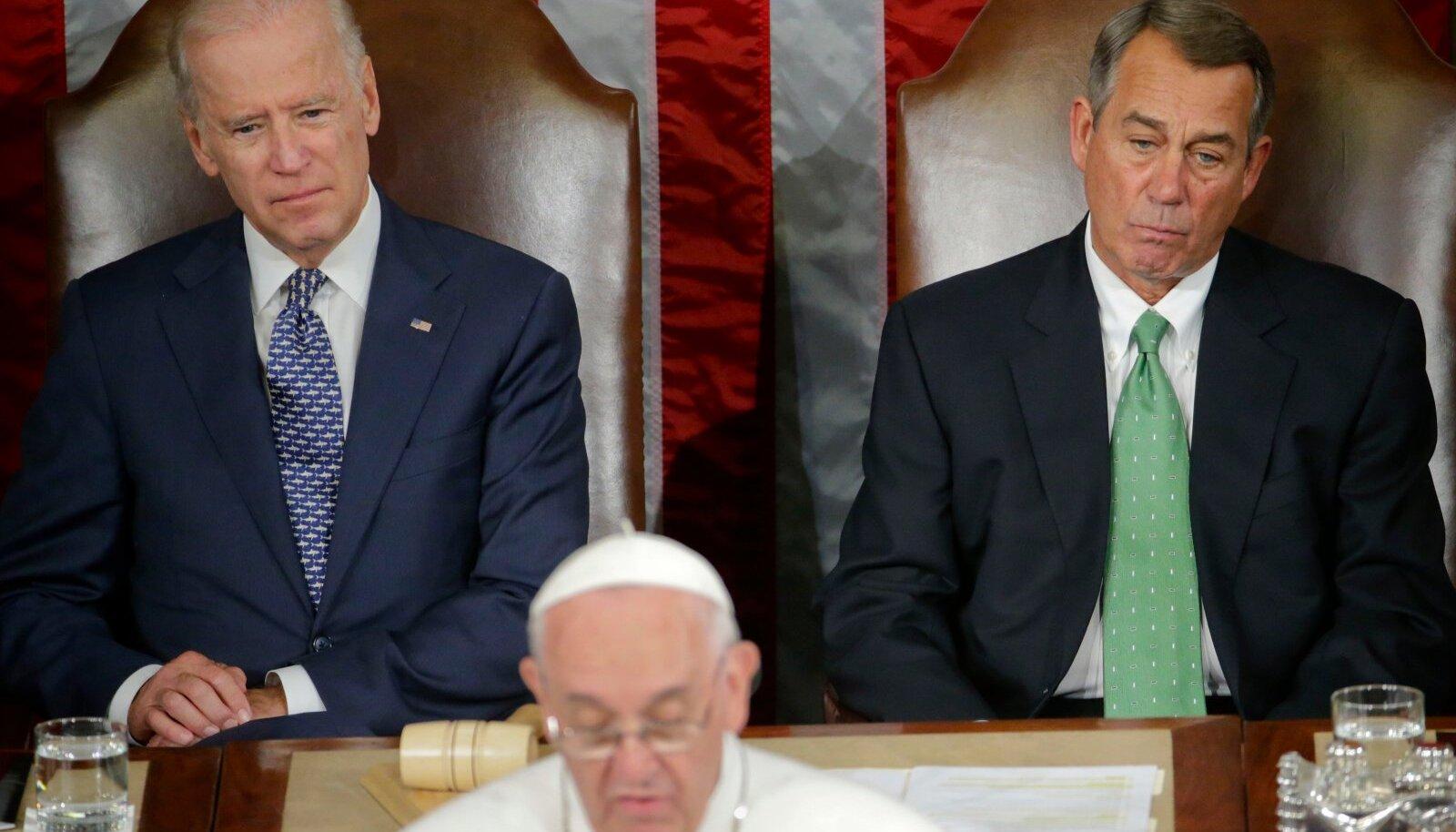 Kongressi toonane spiiker John Boehner (paremal) 2015. aastal toonase asepresidendi Joe Bideni ja paavst Franciscusega Washingtonis