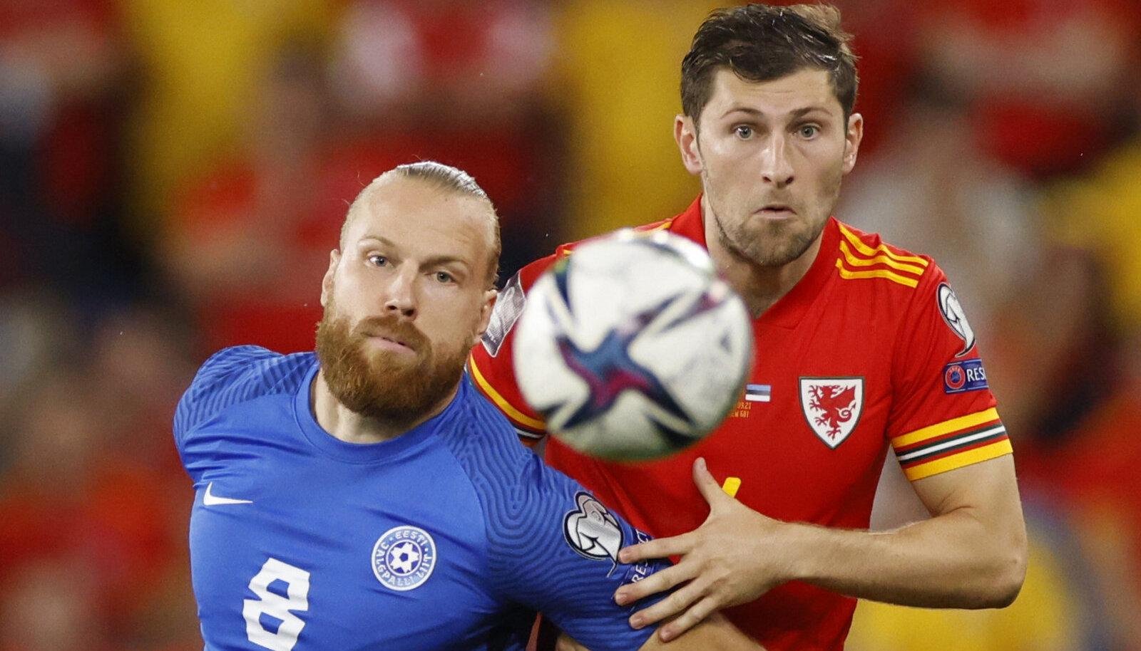 Henri Anier ja Ben Davies heitlemas palli nimel 8. septembril toimunud valikmängus. Davies kordusmatšis Walesi aidata ei saa.