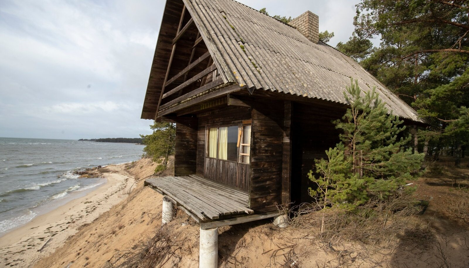 Laulasmaal Lohusaare teel asuv maja, mis liigub iga aastaga aina rohkem mere poole.