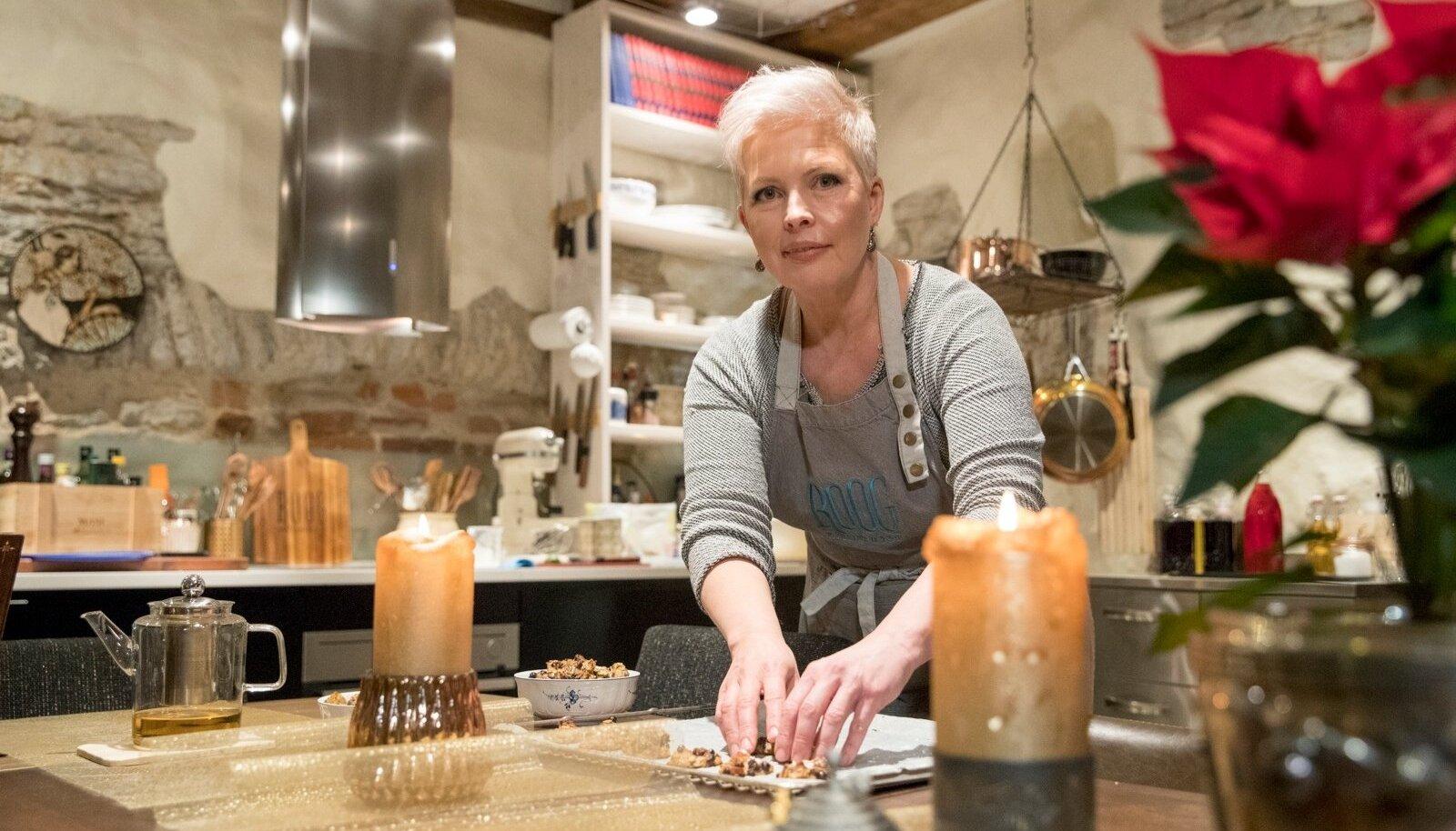 """Evelin Ilvese suvel Hiiumaal käivitunud resto Roog kolis sügisel Tallinna vanalinna. """"Olen lõppeva aasta jooksul kõige rohkem üllatanud ilmselt iseennast,"""" tunnistab Evelin äsja ahjust võetud küpsiseid kaussi ladudes."""