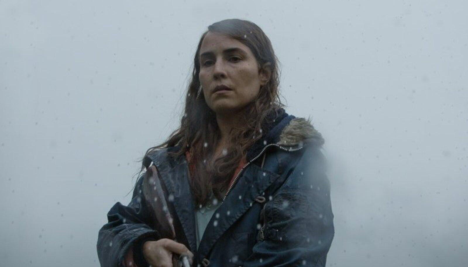 """KÕHEDUS ISLANDI MOODI: """"Lohetätoveeringuga tüdrukuna"""" kogu maailmas tuntuks saanud rootsi näitleja Noomi Rapace lapse kaotanud ema rollis filmis """"Lambuke""""."""
