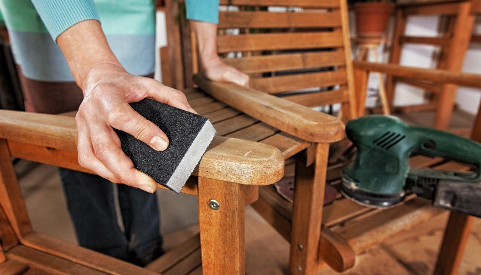 Kui mööblil on enne õlitamist hallitust või puidukahjustusi, lihvige see liivapaberiga üle.