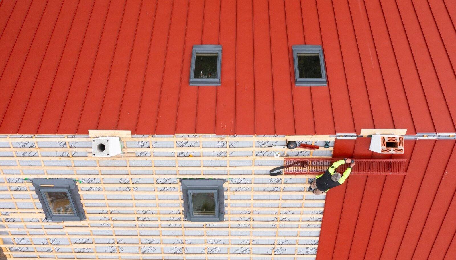 Need, kel on õnnestunud katuseplekk mitme kuu eest ära osta, säästavad võrreldes praeguste ostjatega väikse maja ehituselt sadu eurosid.