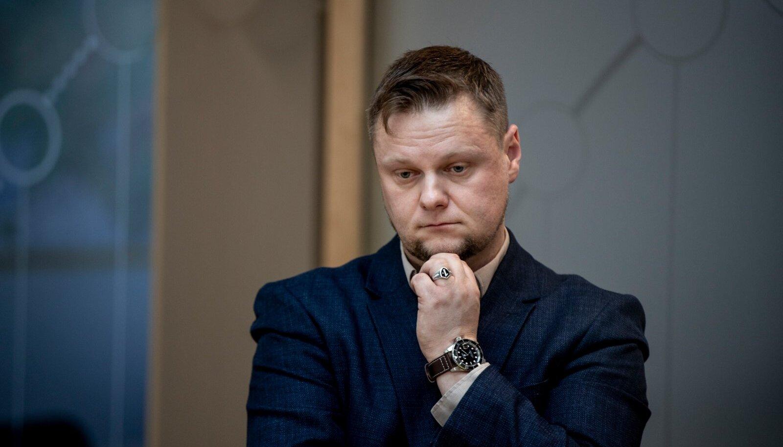 KOROONA POLEGI NAGU GRIPP? Mõtlik Simmo Saar Terviseameti pressikonverentsil 15. märtsil, kui Eestis oli just kehtima hakanud eriolukord.