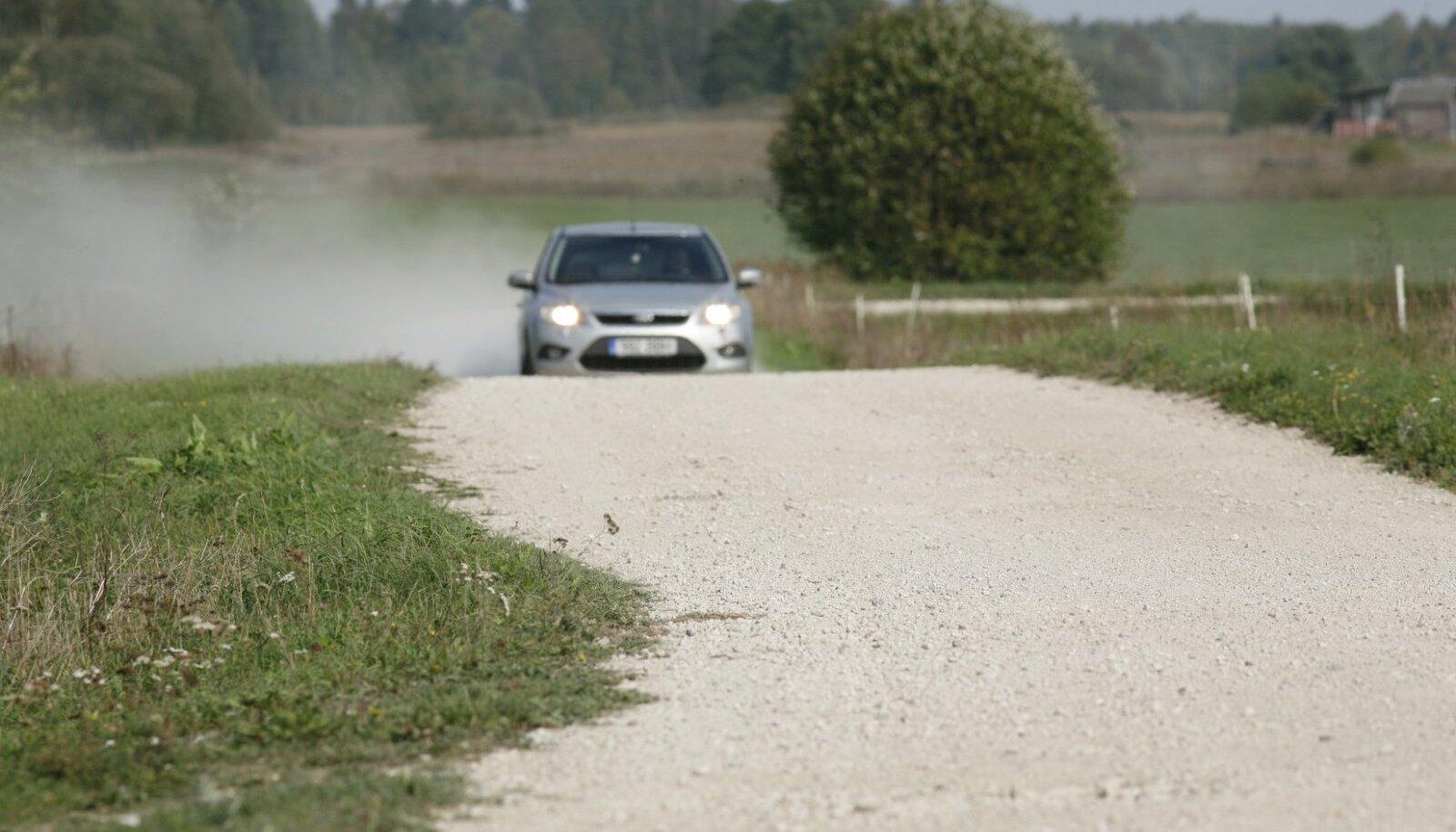 Järk-järgult kaovad vanad toredad kruusateed, need kaetakse järjest mustkattega, mida on lihtsam hooldada ja mis on turvalisemad ka autojuhi vaatenurgast.
