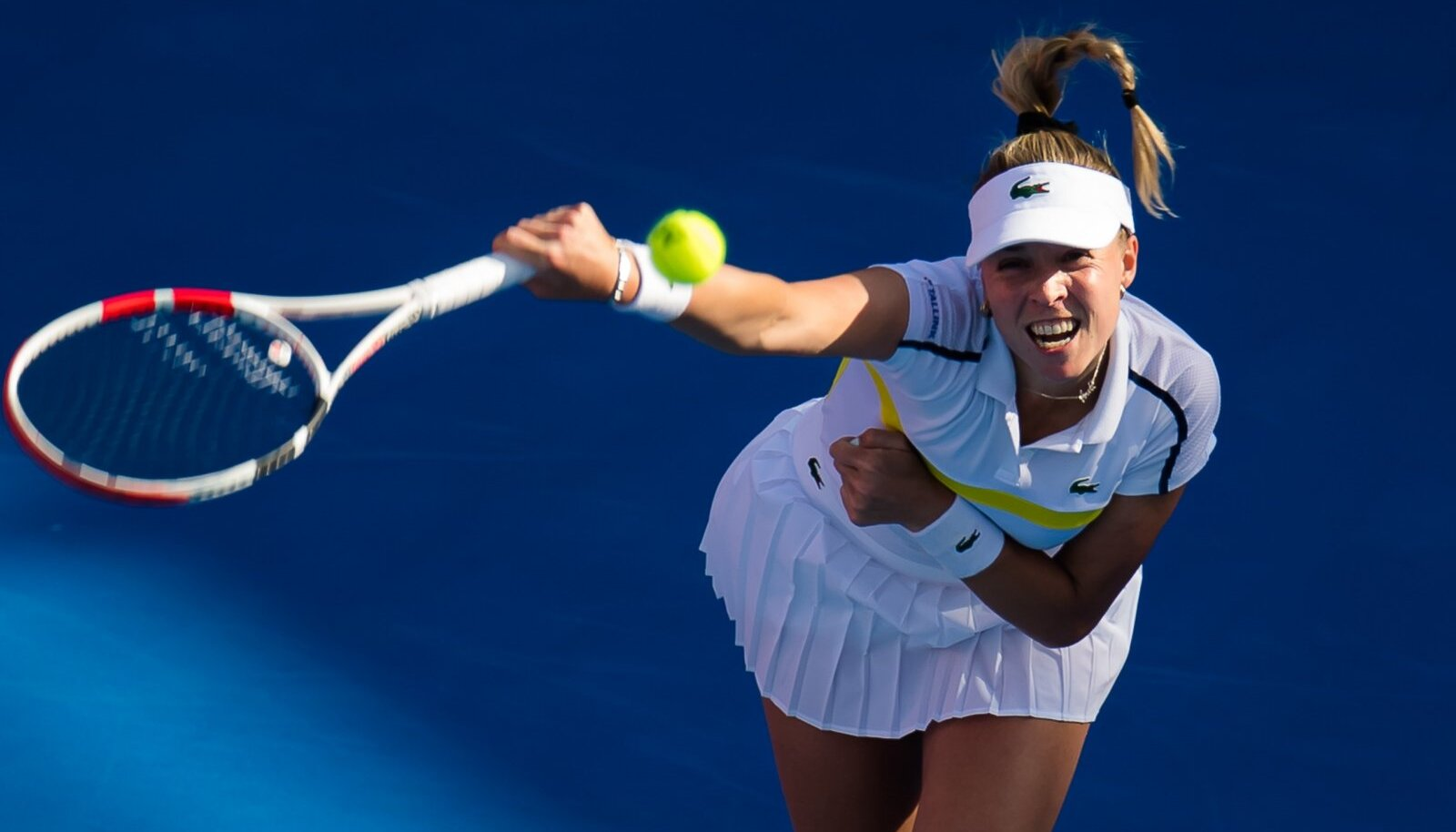 Anett Kontaveit servimas Petra Kvitová vastu, kes võitis nii Doha veerandfinaalmatši kui ka hiljem kogu turniiri.