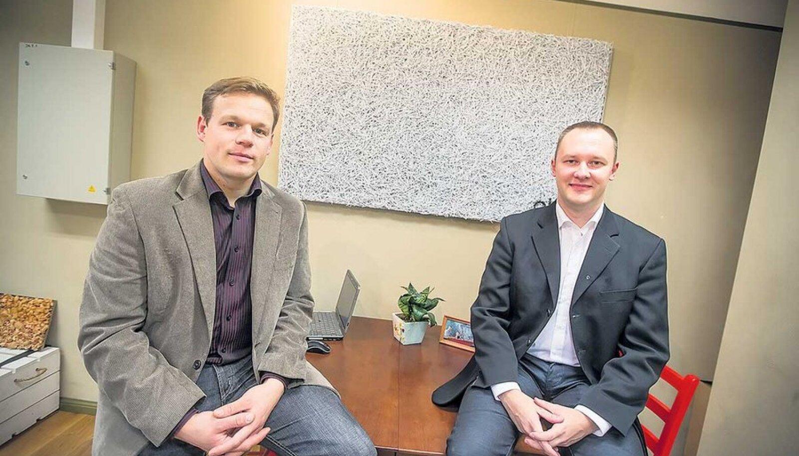 Margus Siilik (vasakul) ja Mikk Männiste ütlevad, et akustiline okkaplaat on ühtaegu ilus, huvitav ja kasulik – nii võibki teda kasutada disainielemendina nii galeriides kui ka heliruumides.
